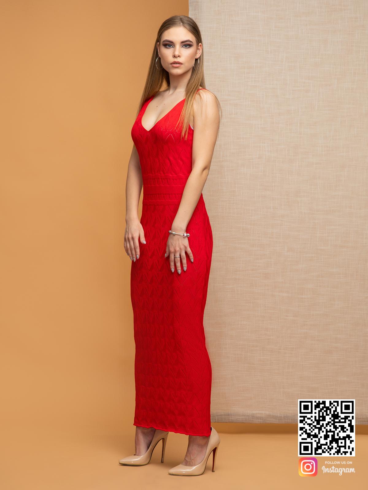 На пятой фотографии трикотажное вязаное платье с ажурным орнаментом от Shapar, бренда одежды ручной работы в интернет-магазине связанных спицами вещей.