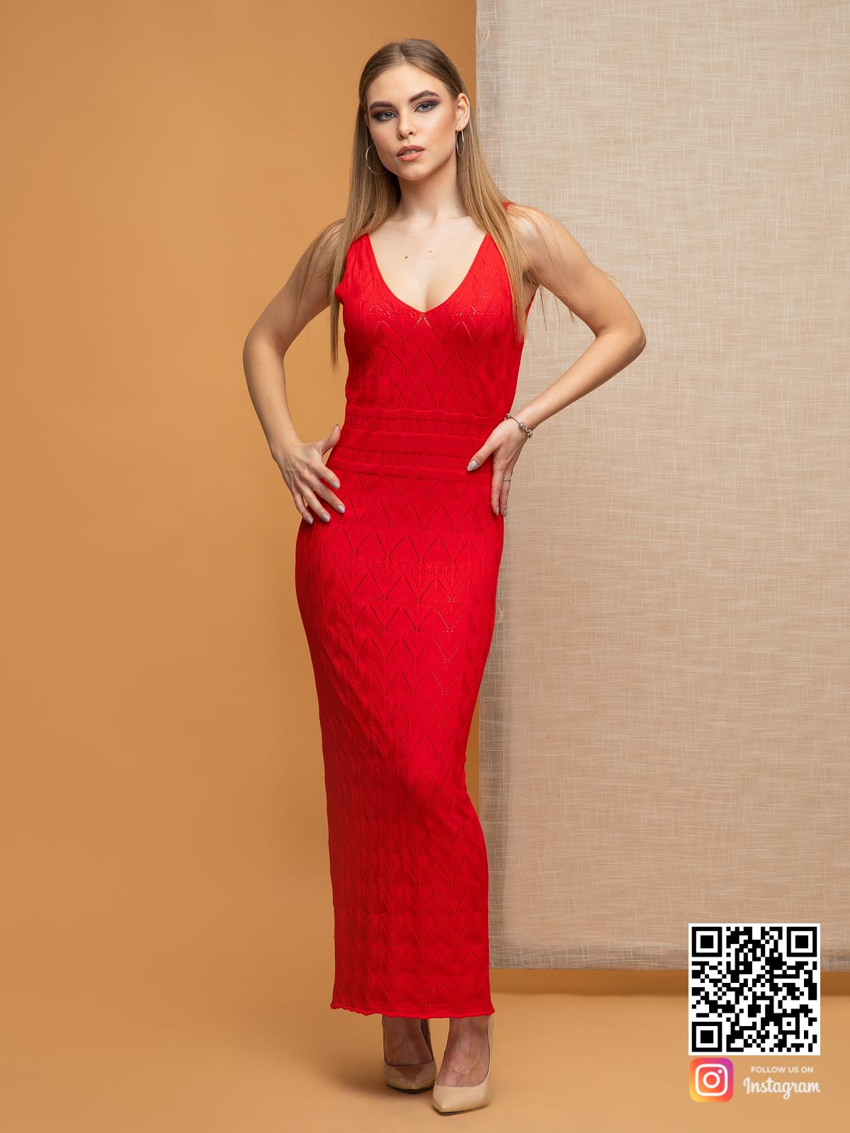 На фотографии женское вязаное платье с орнаментом от Shapar, бренда одежды ручной работы в интернет-магазине связанных спицами вещей.