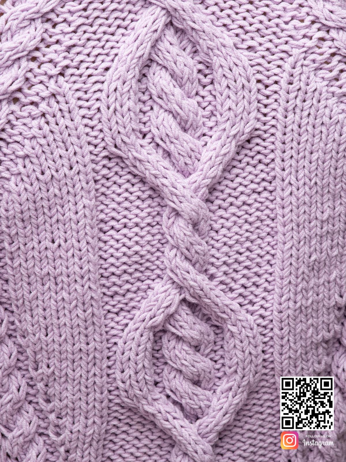 На шестой фотографии вязаное платье сиреневого цвета крупным планом от Shapar, бренда женской одежды ручной работы в интернет-магазине связанных спицами вещей.