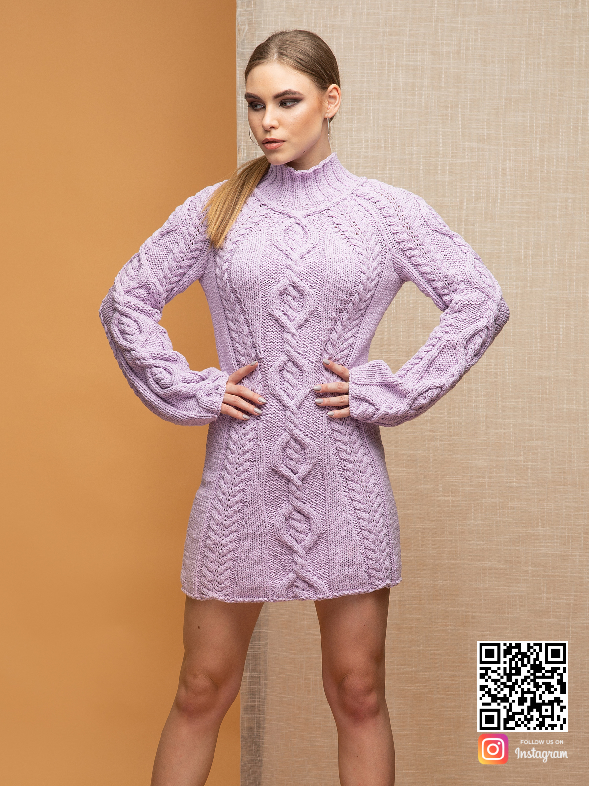 На четвертой фотографии стильное вязаное платье сиреневого цвета с горлом для женщин от Shapar, бренда одежды ручной работы в интернет-магазине связанных спицами вещей.