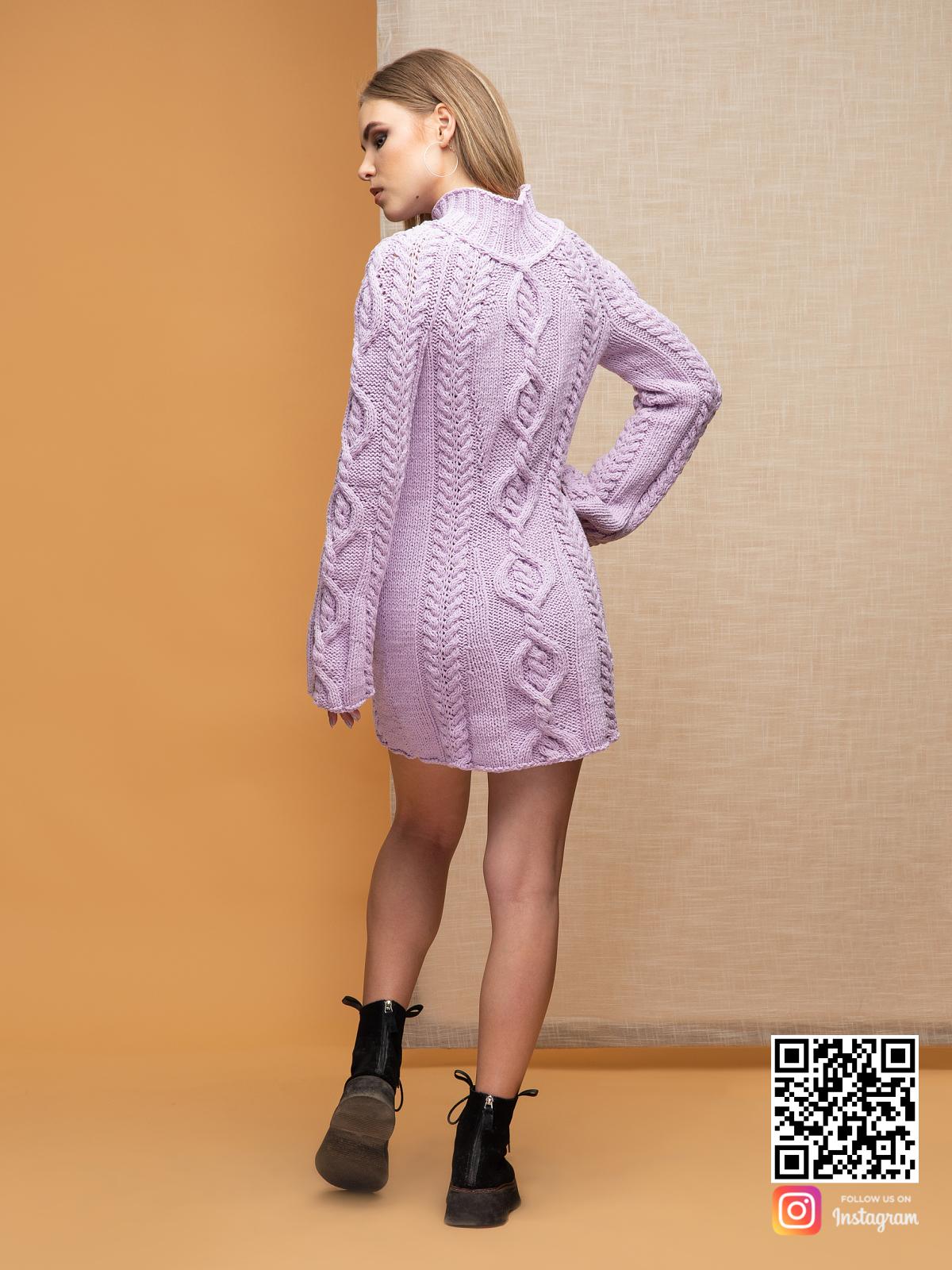 На второй фотографии вязаное платье сиреневого цвета со спины от Shapar, бренда женской одежды ручной работы в интернет-магазине связанных спицами вещей.