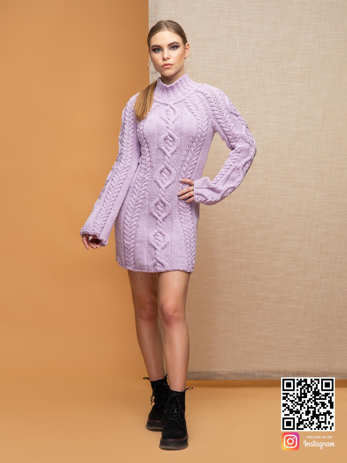 На фотографии вязаное платье сиреневого цвета от Shapar, бренда женской одежды ручной работы в интернет-магазине связанных спицами вещей.