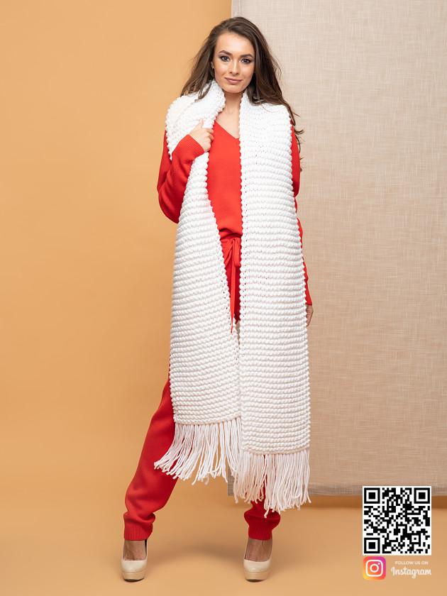 На фотографии женский вязаный белый шарф от Shapar, бренда одежды ручной работы в интернет-магазине связанных спицами вещей.