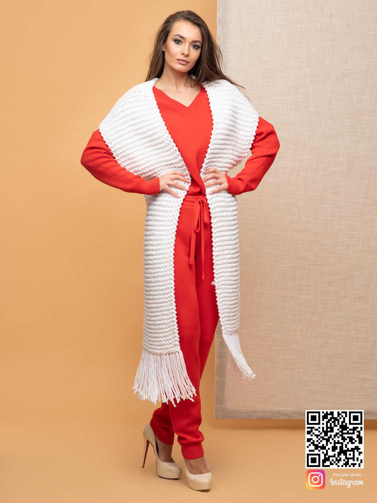 На третьей фотографии женский вязаный белый шарф с бахромой от Shapar, бренда одежды ручной работы в интернет-магазине связанных спицами вещей.