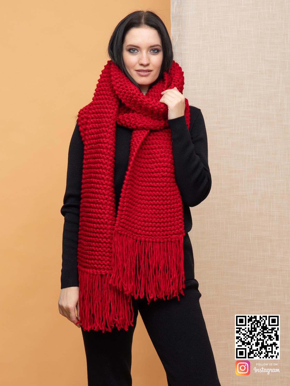 На фотографии женский ярко красный шарф от Shapar, бренда вязаной одежды ручной работы в интернет-магазине связанных спицами вещей.