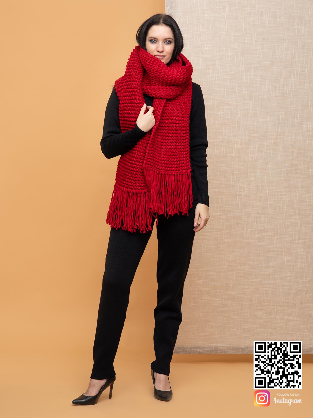 На третьей фотографии длинный женский ярко красный шарф от Shapar, бренда вязаной одежды ручной работы в интернет-магазине связанных спицами вещей.