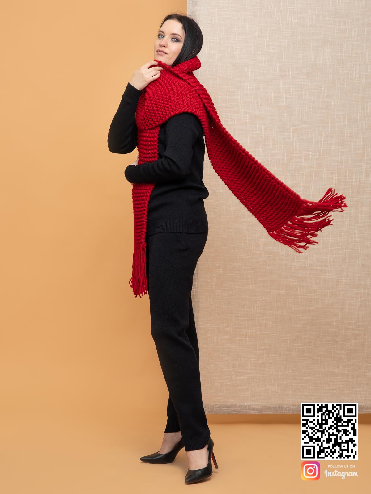 На шестой фотографии женский ярко красный шарф из толстой пряжи от Shapar, бренда вязаной одежды ручной работы в интернет-магазине связанных спицами вещей.