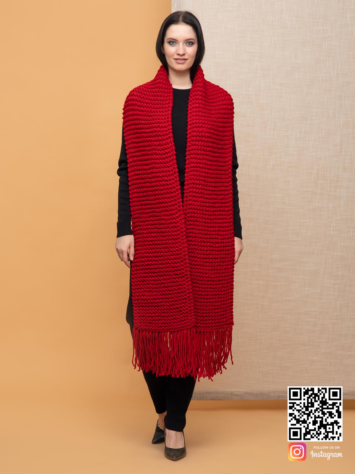 На четвертой фотографии объемный женский ярко красный шарф от Shapar, бренда вязаной одежды ручной работы в интернет-магазине связанных спицами вещей.