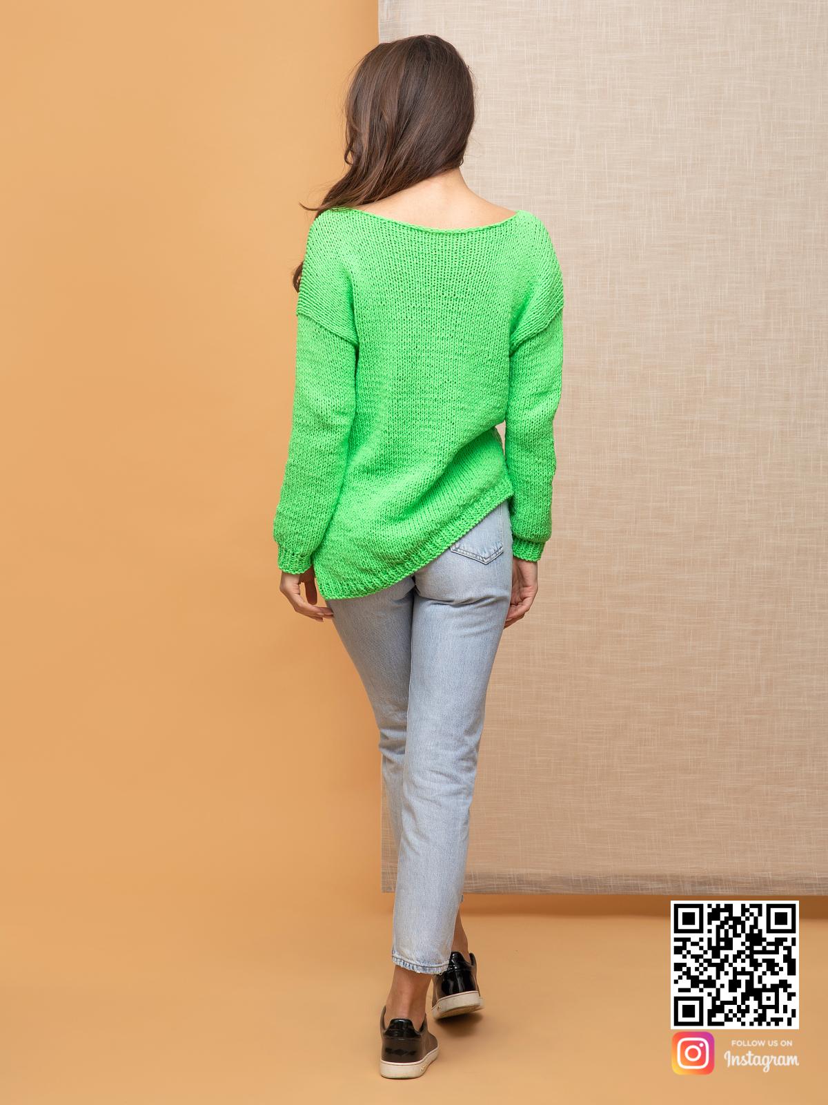На второй фотографии женский зеленый пуловер со спины от Shapar, бренда вязаной одежды ручной работы в интернет-магазине связанных спицами вещей.