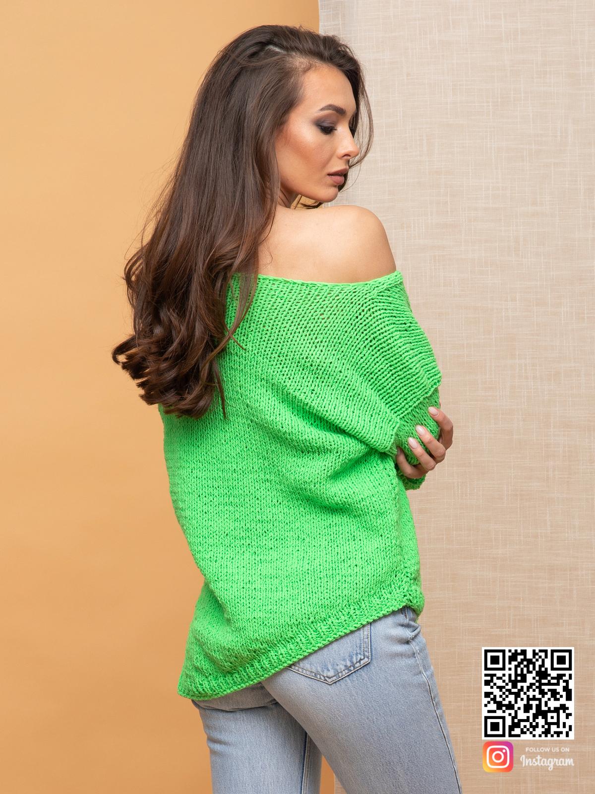 На пятой фотографии женский зеленый пуловер с асимметричным низом от Shapar, бренда вязаной одежды ручной работы в интернет-магазине связанных спицами вещей.