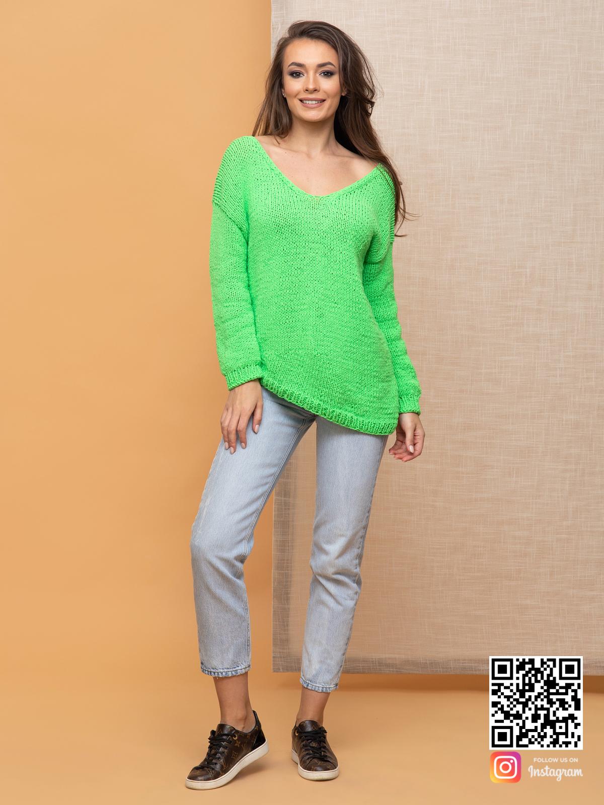 На фотографии женский зеленый пуловер от Shapar, бренда вязаной одежды ручной работы в интернет-магазине связанных спицами вещей.
