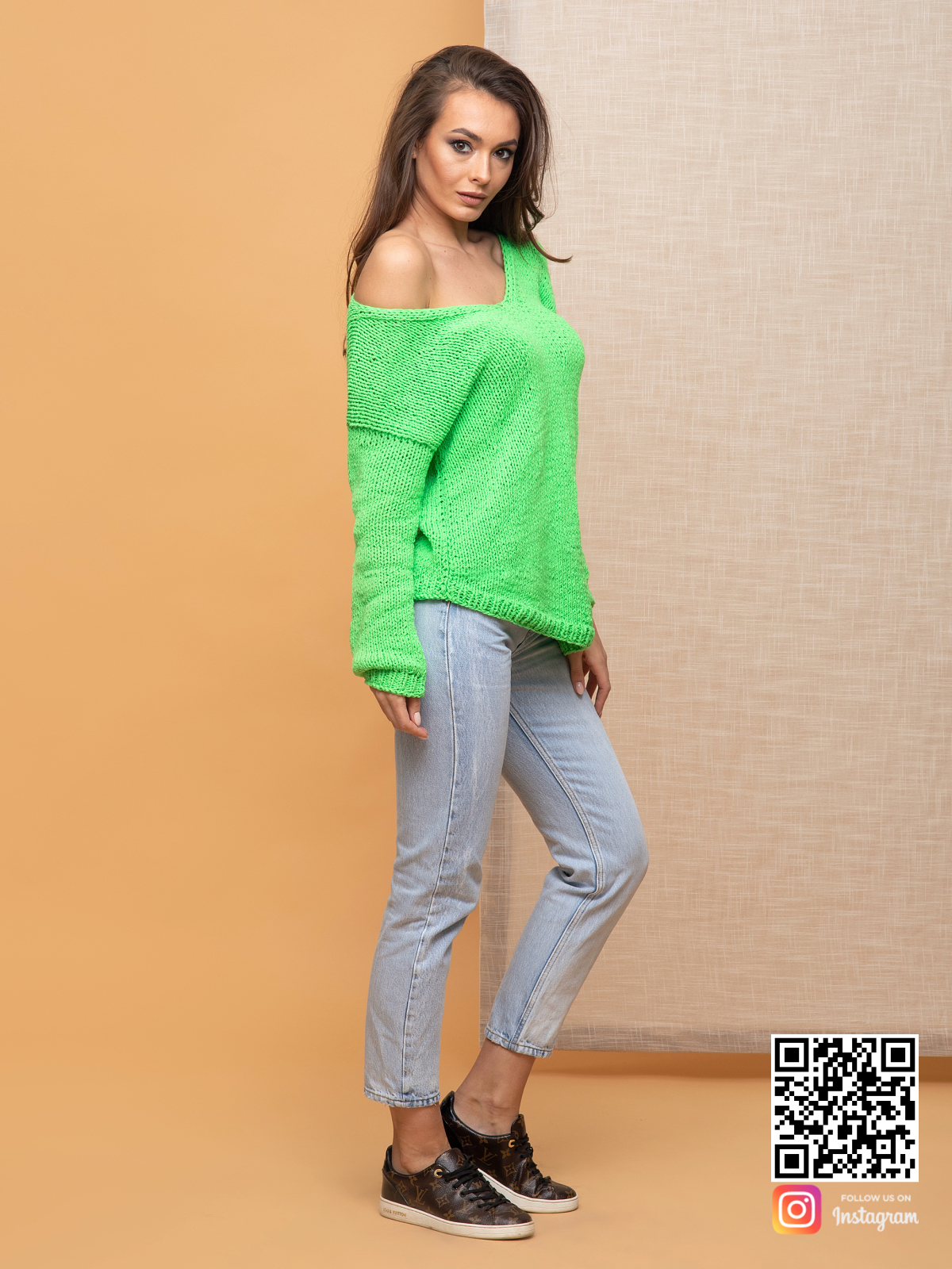 На третьей фотографии женский зеленый пуловер на одно плечо от Shapar, бренда вязаной одежды ручной работы в интернет-магазине связанных спицами вещей.