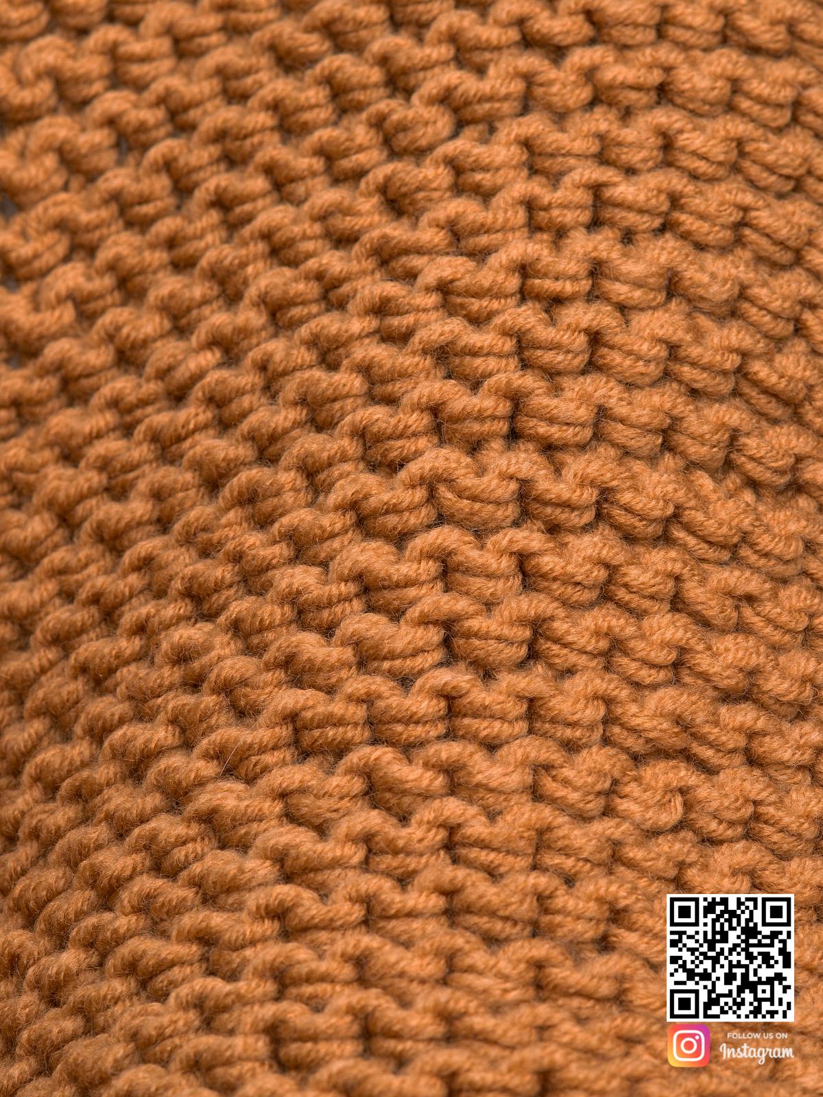 На восьмой фотографии женский коричневый шарф крупным планом от Shapar, бренда вязаной одежды ручной работы в интернет-магазине связанных спицами вещей.