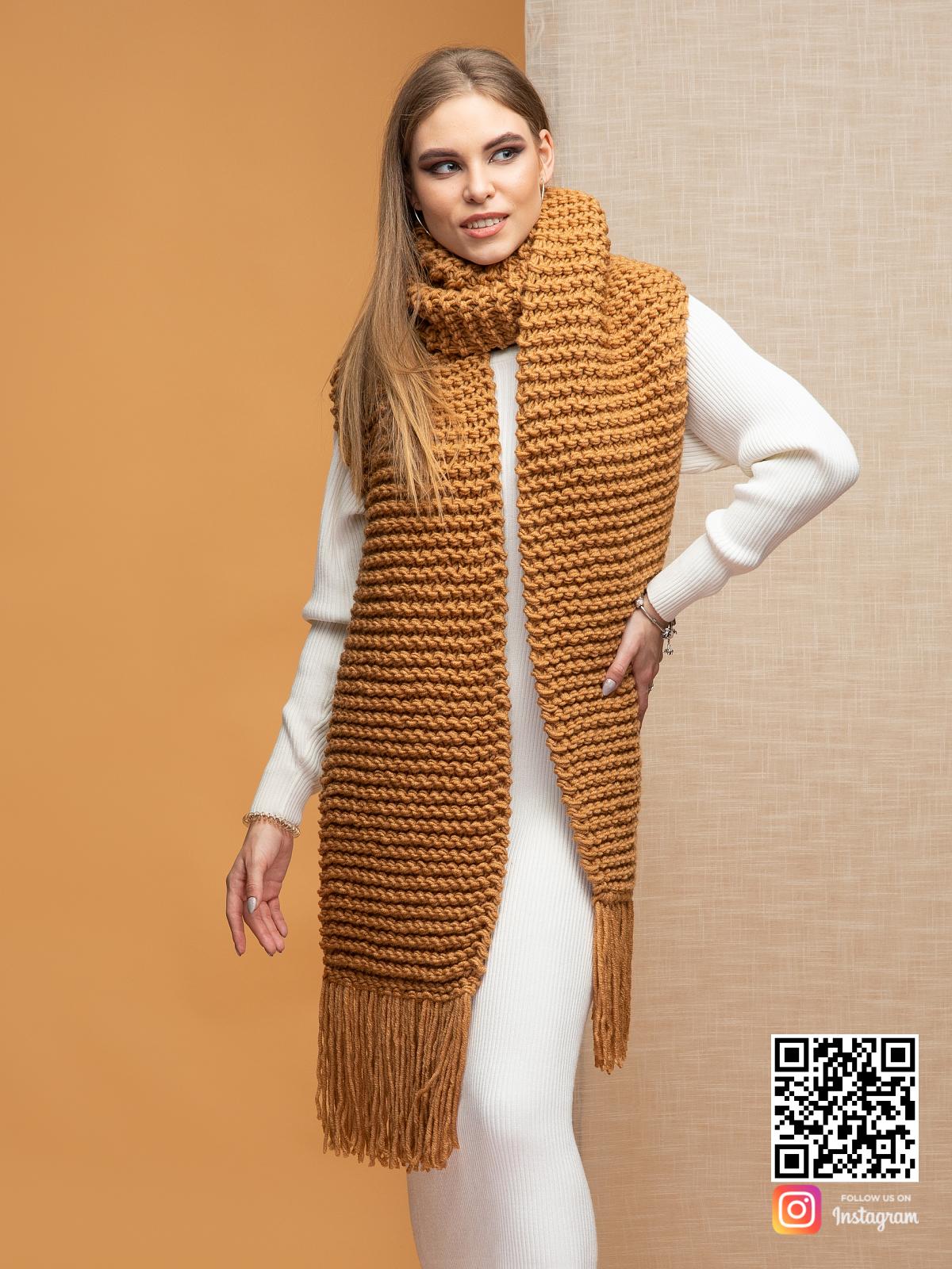 На седьмой фотографии уютный женский коричневый шарф от Shapar, бренда вязаной одежды ручной работы в интернет-магазине связанных спицами вещей.