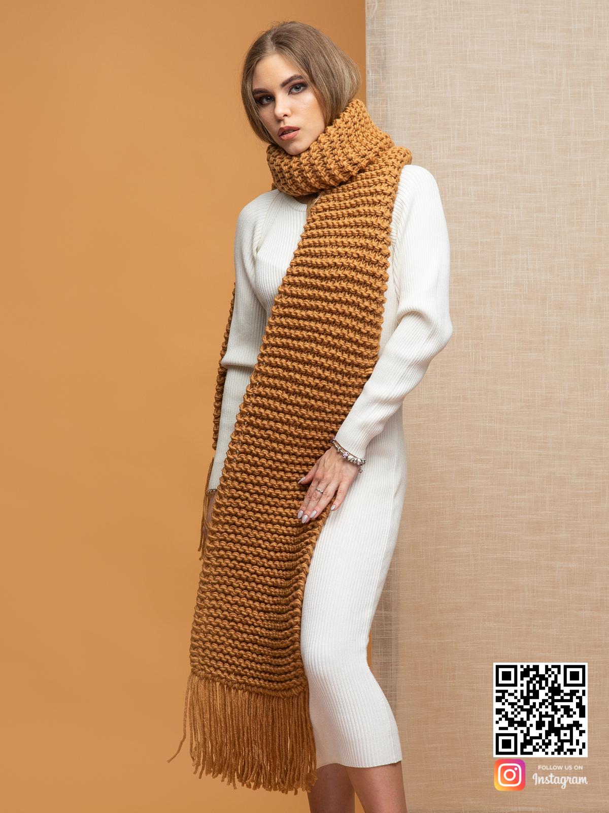 На четвертой фотографии объемный женский коричневый шарф от Shapar, бренда вязаной одежды ручной работы в интернет-магазине связанных спицами вещей.