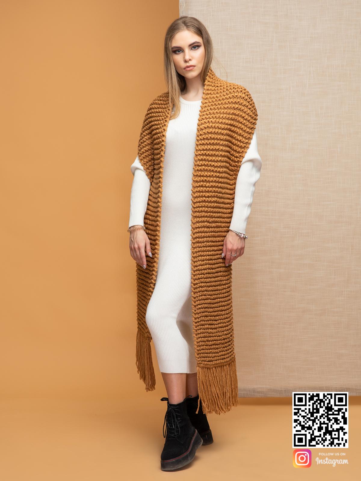 На второй фотографии женский коричневый шарф с бахромой от Shapar, бренда вязаной одежды ручной работы в интернет-магазине связанных спицами вещей.