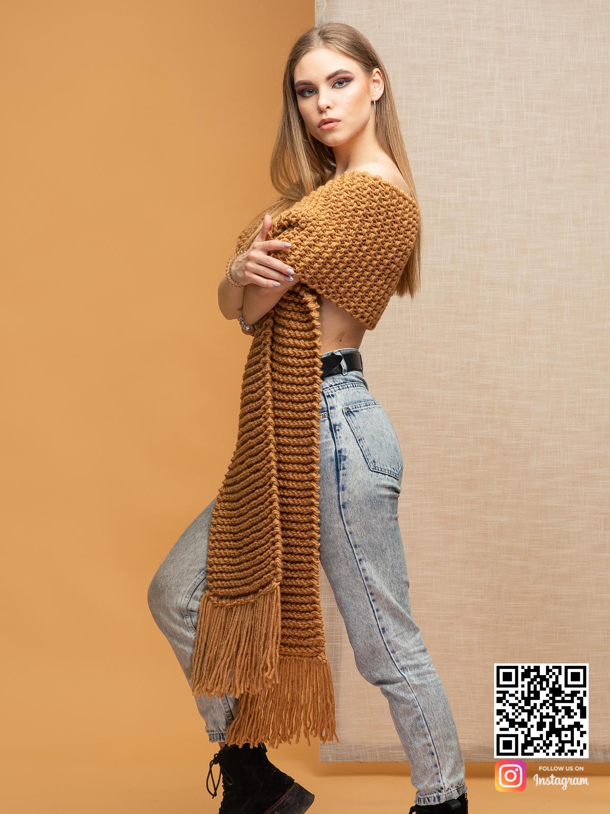 На пятой фотографии женский теплый коричневый шарф от Shapar, бренда вязаной одежды ручной работы в интернет-магазине связанных спицами вещей.