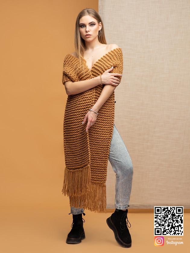 На фотографии женский коричневый шарф от Shapar, бренда вязаной одежды ручной работы в интернет-магазине связанных спицами вещей.