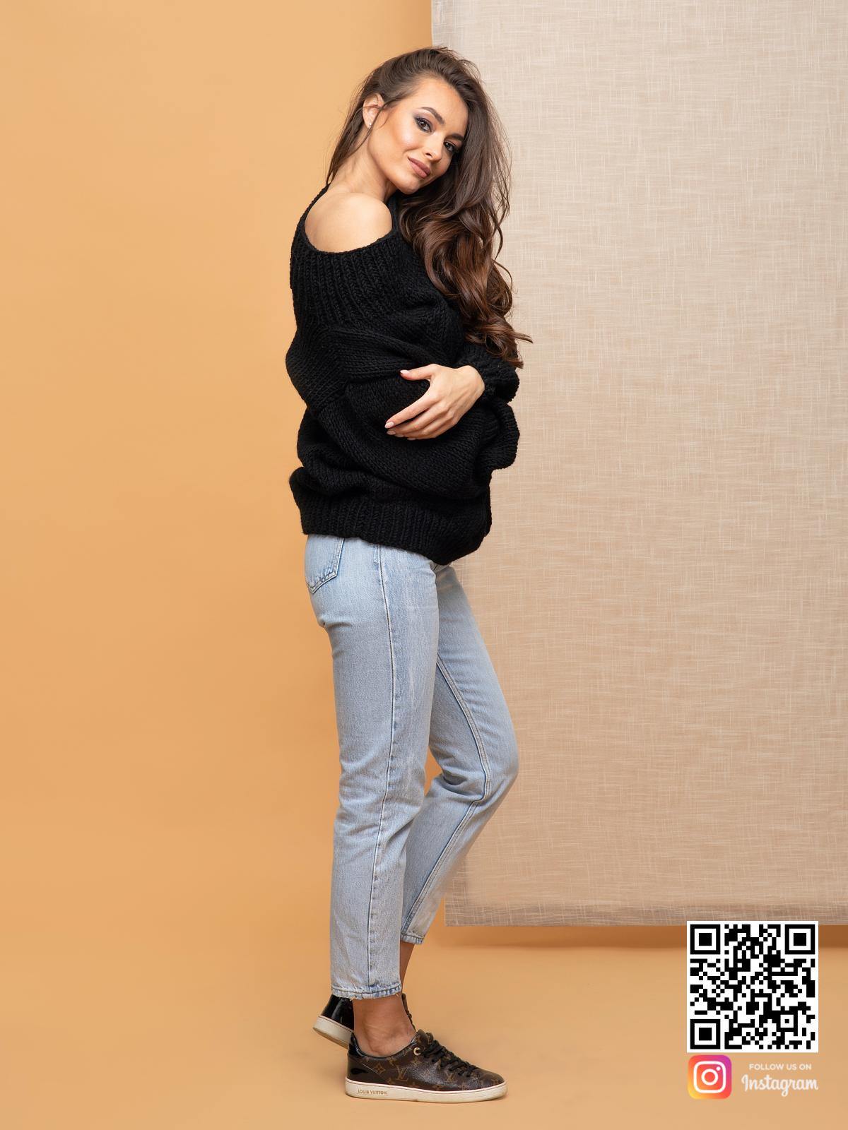 На третьей фотографии женский свитер с косой черного цвета от Shapar, бренда вязаной одежды ручной работы в интернет-магазине связанных спицами вещей.