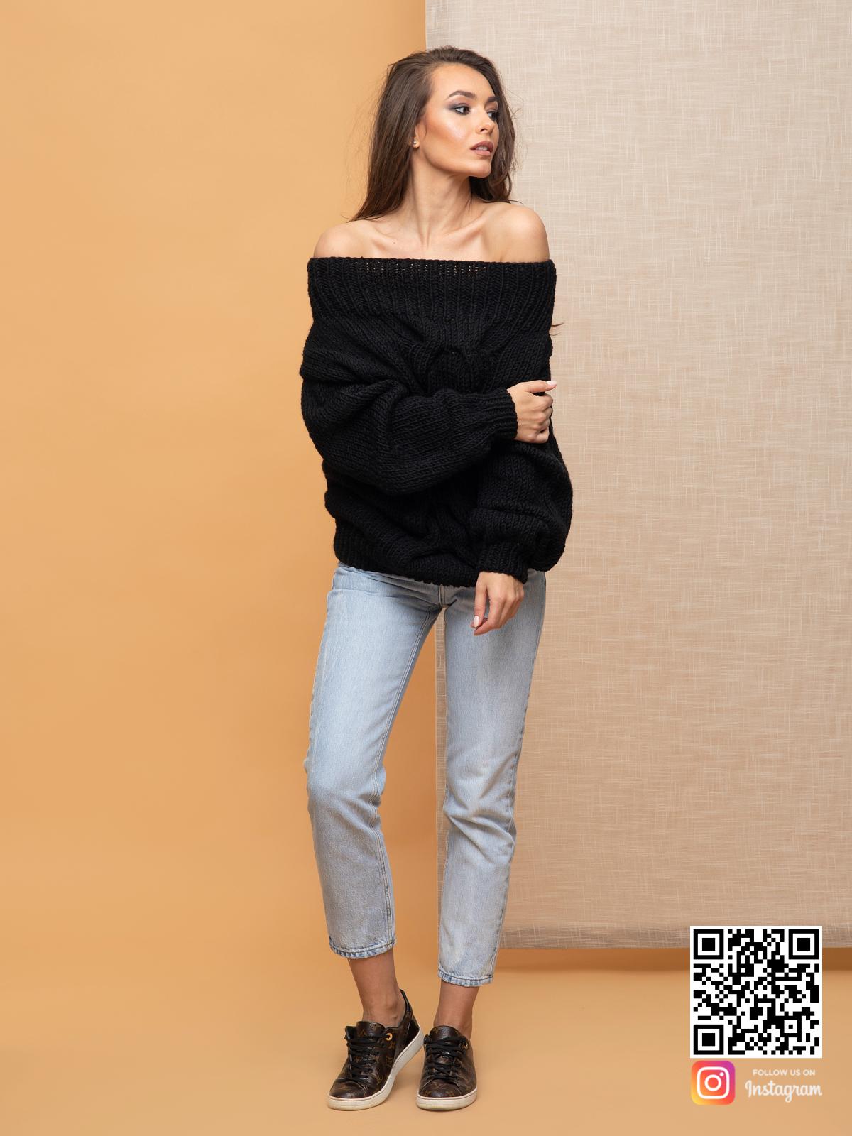 На второй фотографии женский свитер с косой с открытыми плечами от Shapar, бренда вязаной одежды ручной работы в интернет-магазине связанных спицами вещей.