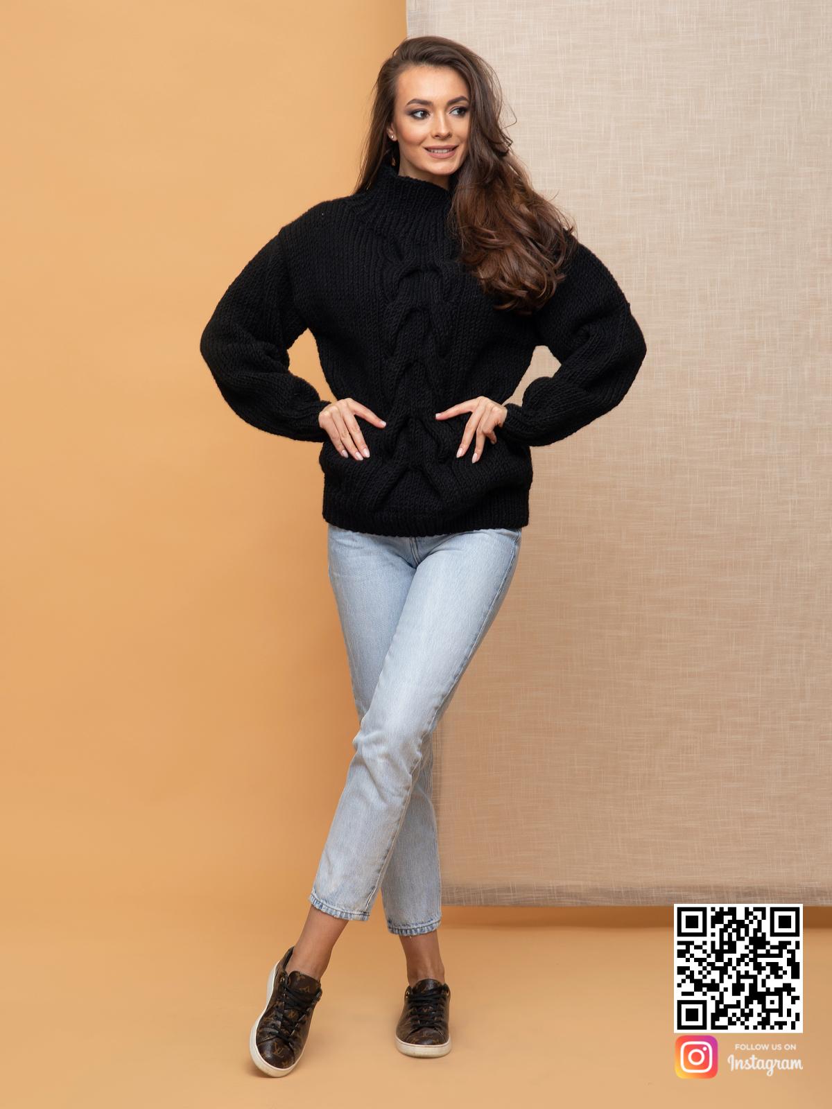 На шестой фотографии элегантный женский свитер с косой и воротником от Shapar, бренда вязаной одежды ручной работы в интернет-магазине связанных спицами вещей.