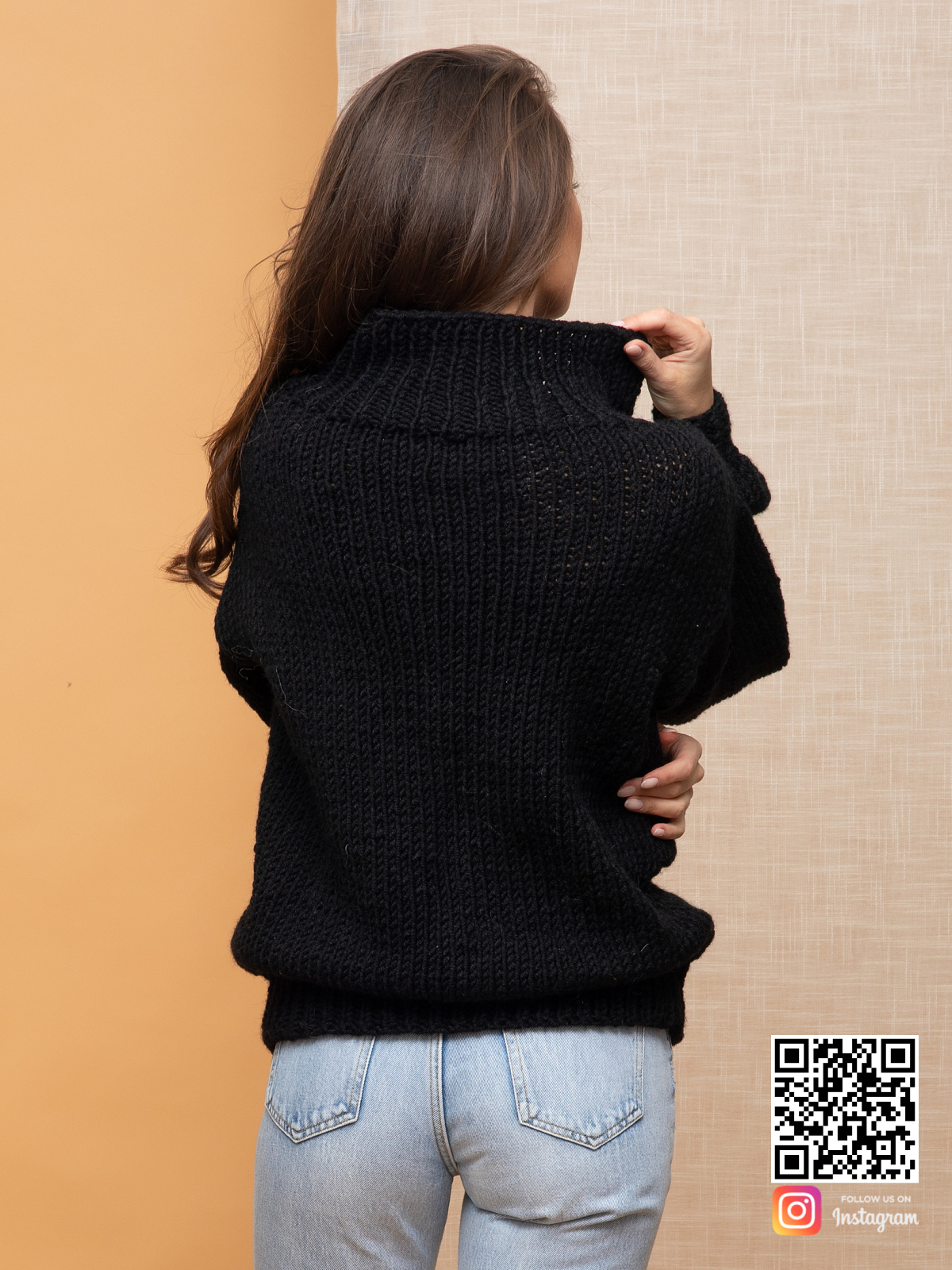 На пятой фотографии женский свитер с косой со спины от Shapar, бренда вязаной одежды ручной работы в интернет-магазине связанных спицами вещей.