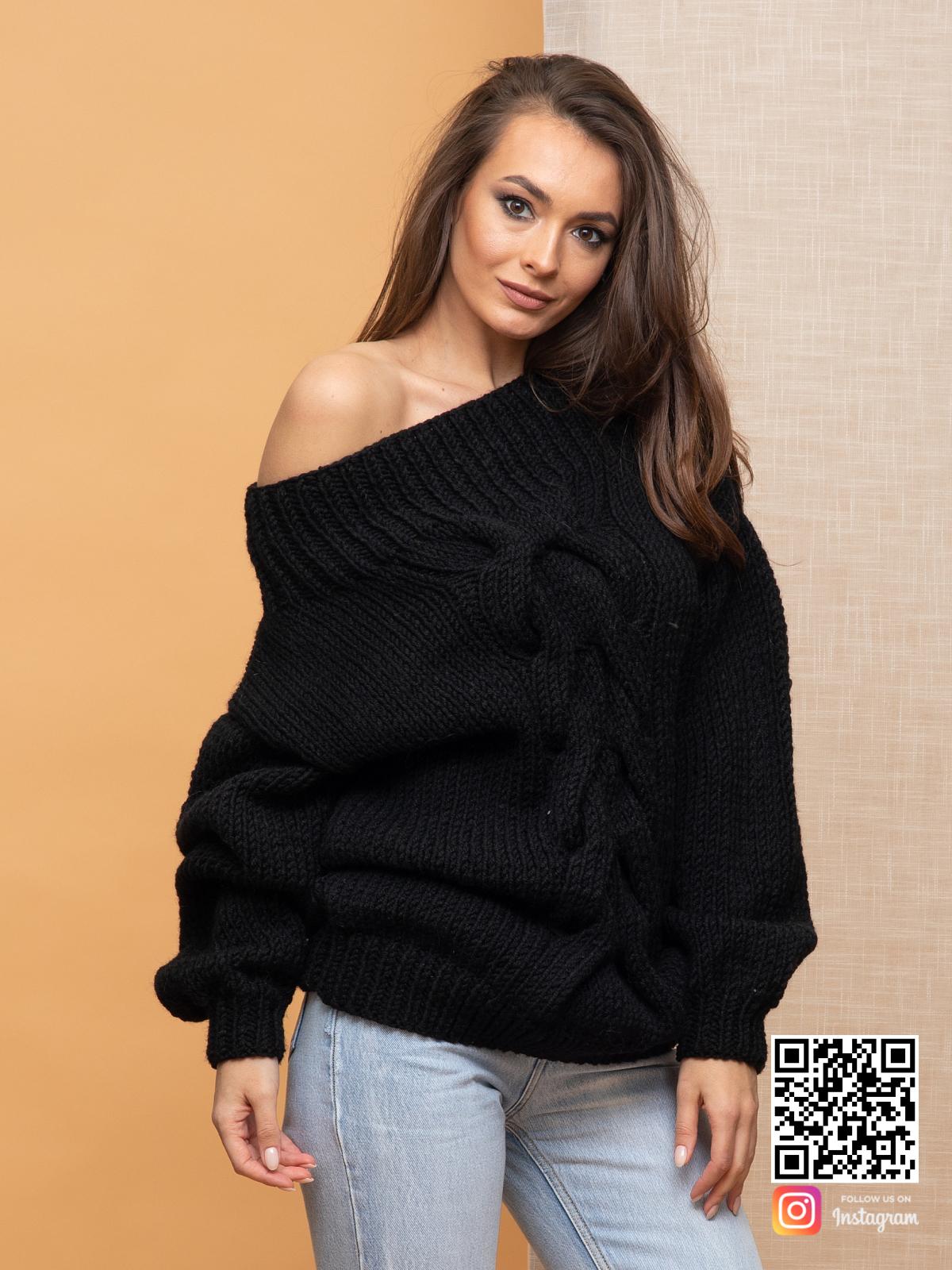 На четвертой фотографии женский свитер с крупной косой на одно плечо от Shapar, бренда вязаной одежды ручной работы в интернет-магазине связанных спицами вещей.