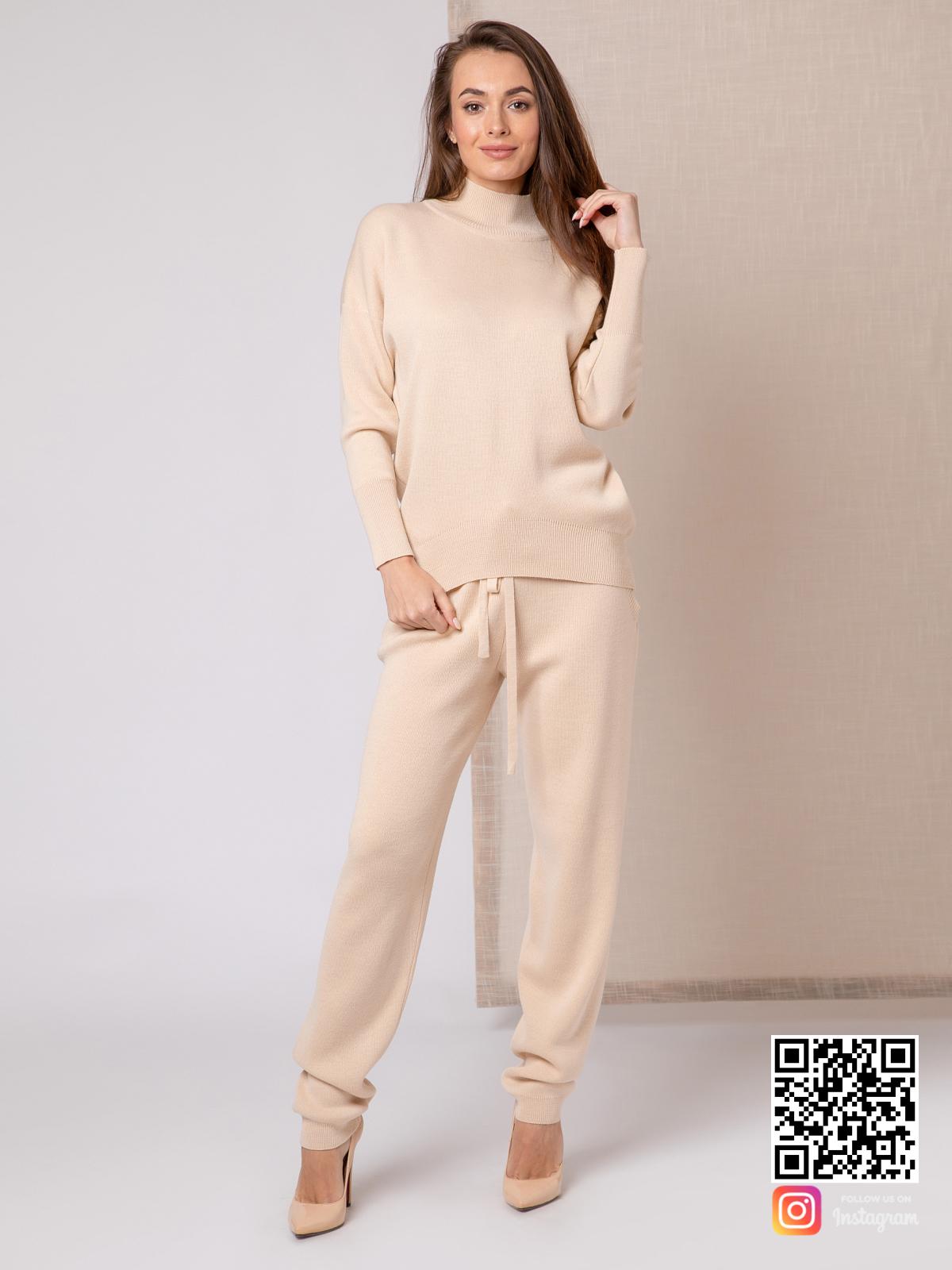 На шестой фотографии спортивный бежевый костюм женский от Shapar, бренда вязаной одежды ручной работы в интернет-магазине связанных спицами вещей.