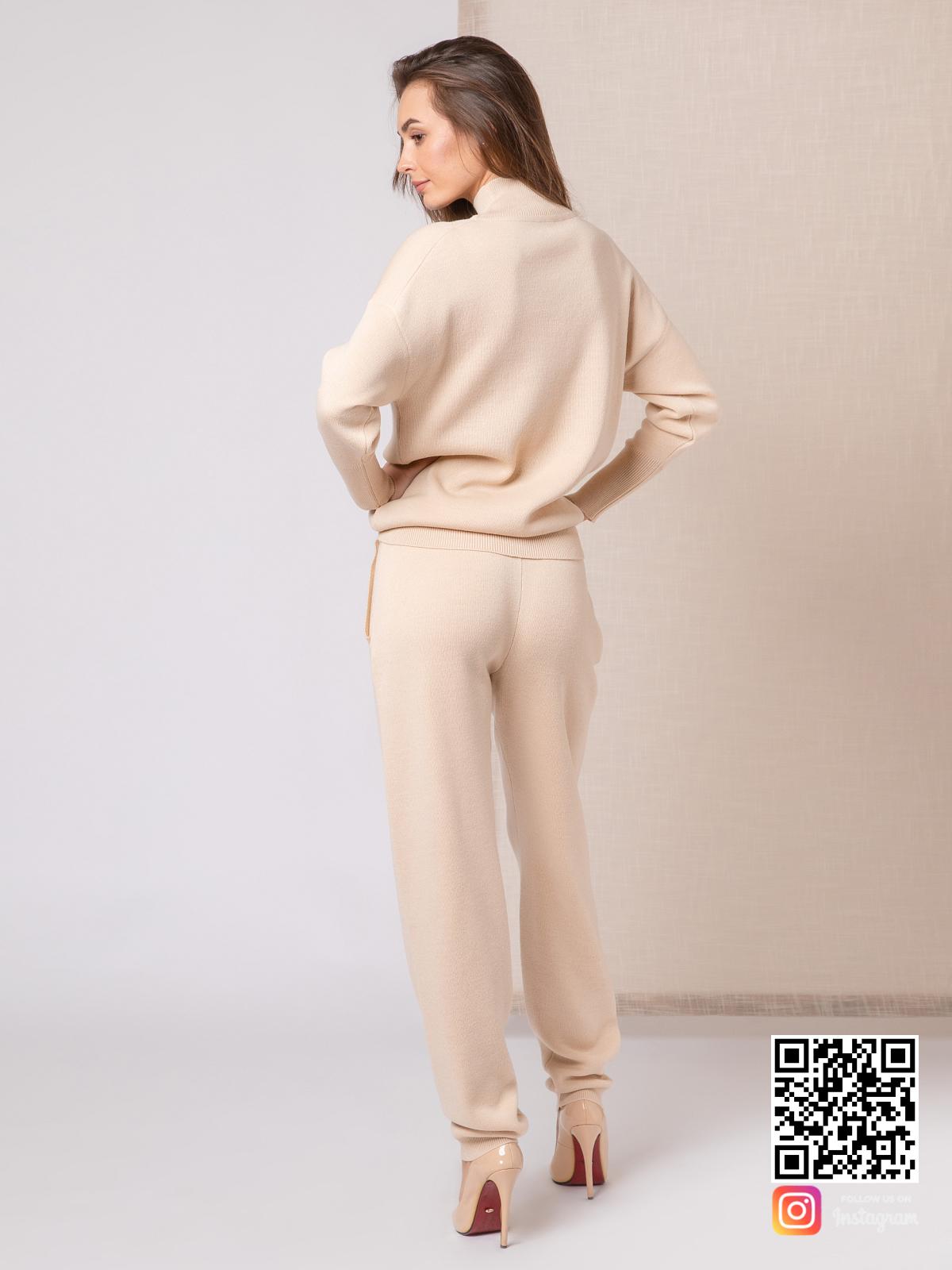 На второй фотографии бежевый костюм женский со спины от Shapar, бренда вязаной одежды ручной работы в интернет-магазине связанных спицами вещей.