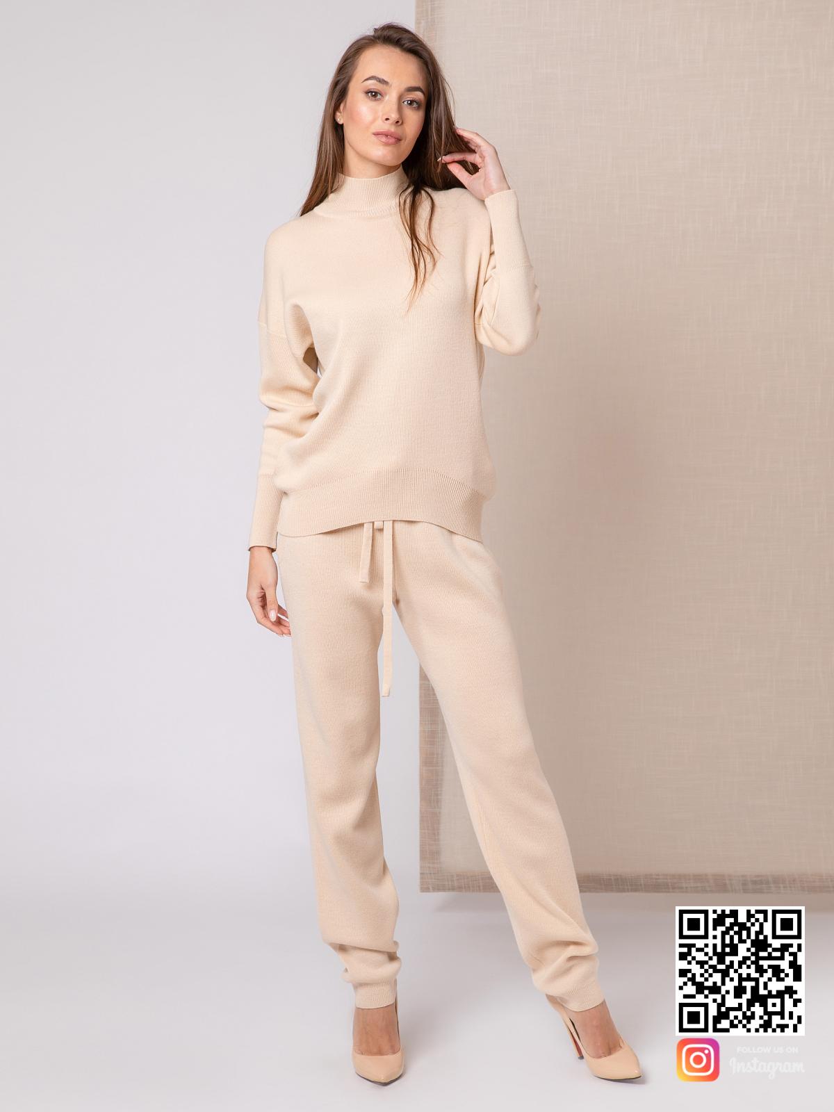 На третьей фотографии бежевый костюм женский с воротником стойкой от Shapar, бренда вязаной одежды ручной работы в интернет-магазине связанных спицами вещей.