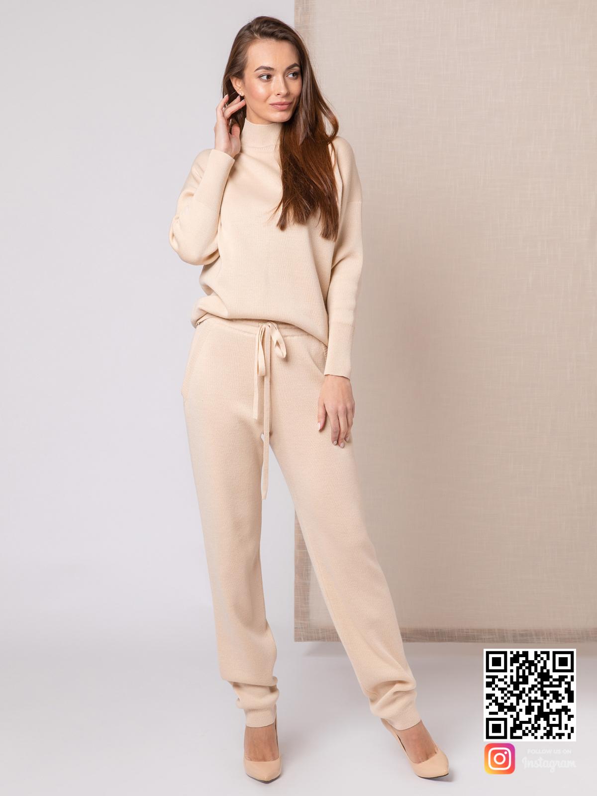 На пятой фотографии повседневный бежевый костюм женский от Shapar, бренда вязаной одежды ручной работы в интернет-магазине связанных спицами вещей.