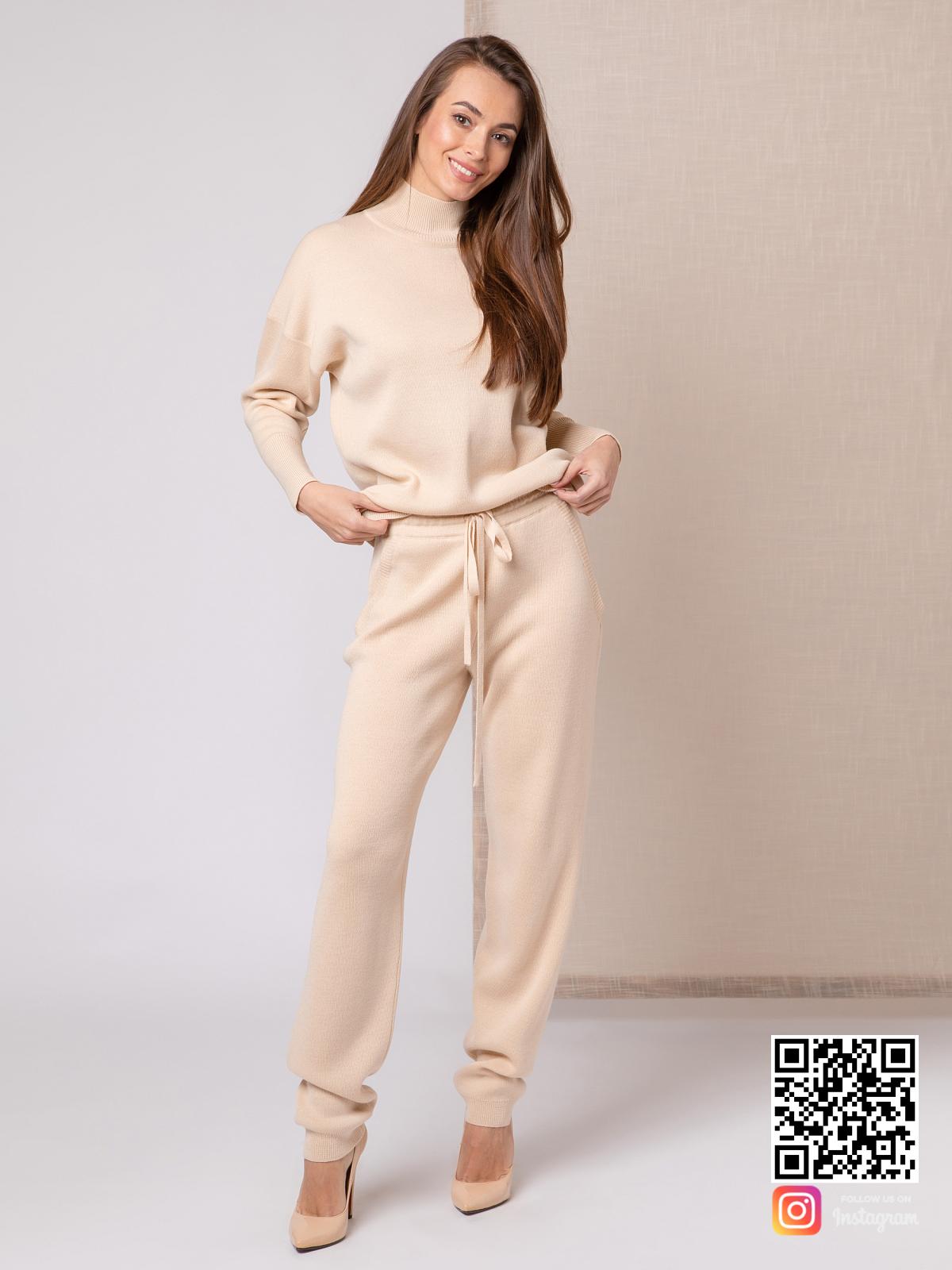 На фотографии бежевый костюм женский от Shapar, бренда вязаной одежды ручной работы в интернет-магазине связанных спицами вещей.