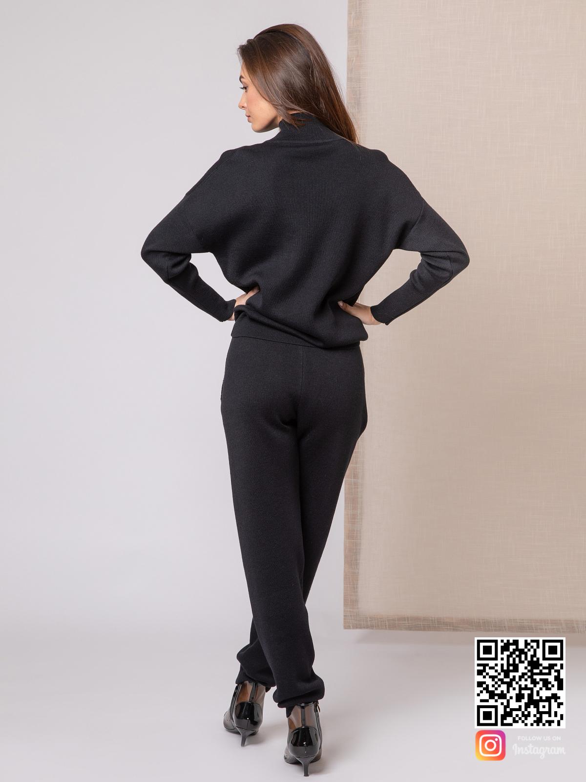 На пятой фотографии черный костюм женский на каждый день от Shapar, бренда вязаной одежды ручной работы в интернет-магазине связанных спицами вещей.