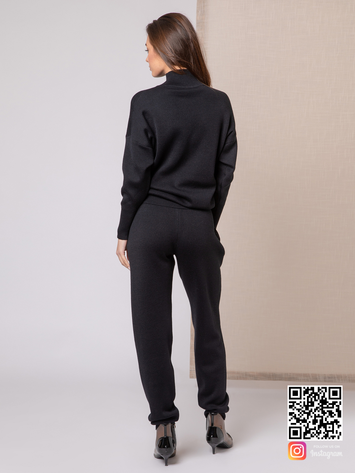 На третьей фотографии черный костюм женский со спины от Shapar, бренда вязаной одежды ручной работы в интернет-магазине связанных спицами вещей.