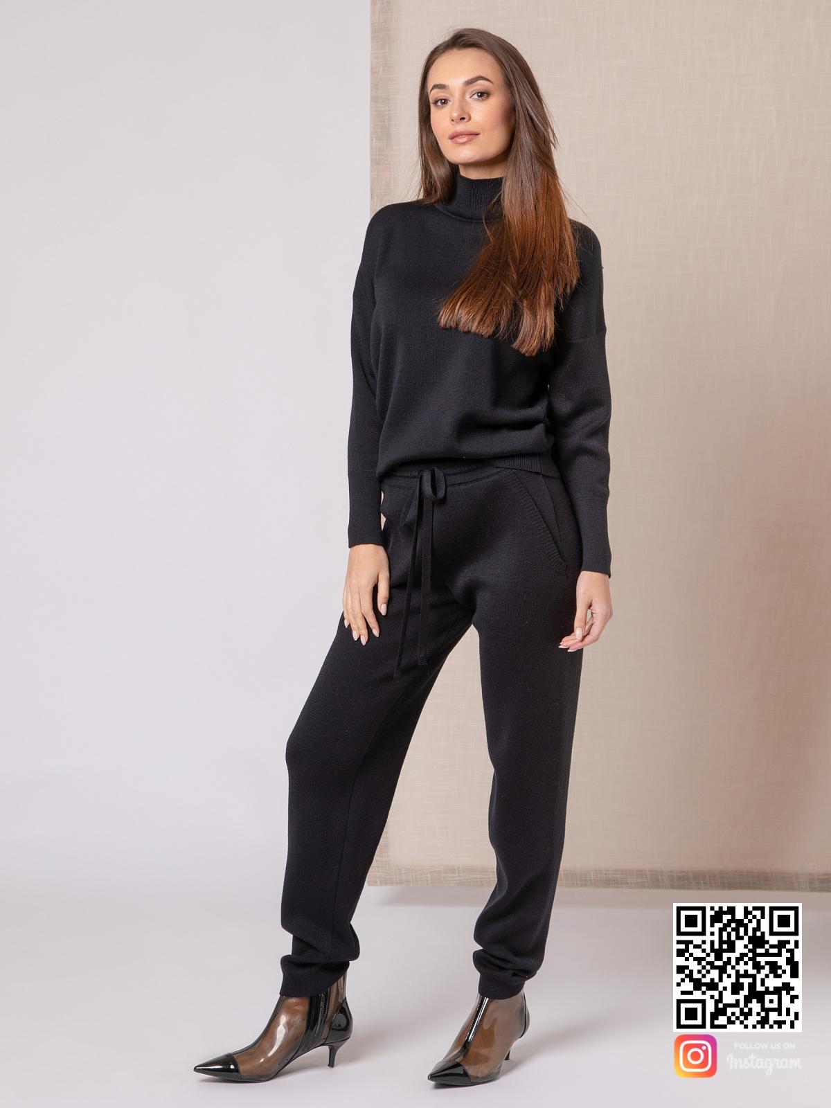 На шестой фотографии спортивный черный костюм женский с завязками на брюках от Shapar, бренда вязаной одежды ручной работы в интернет-магазине связанных спицами вещей.