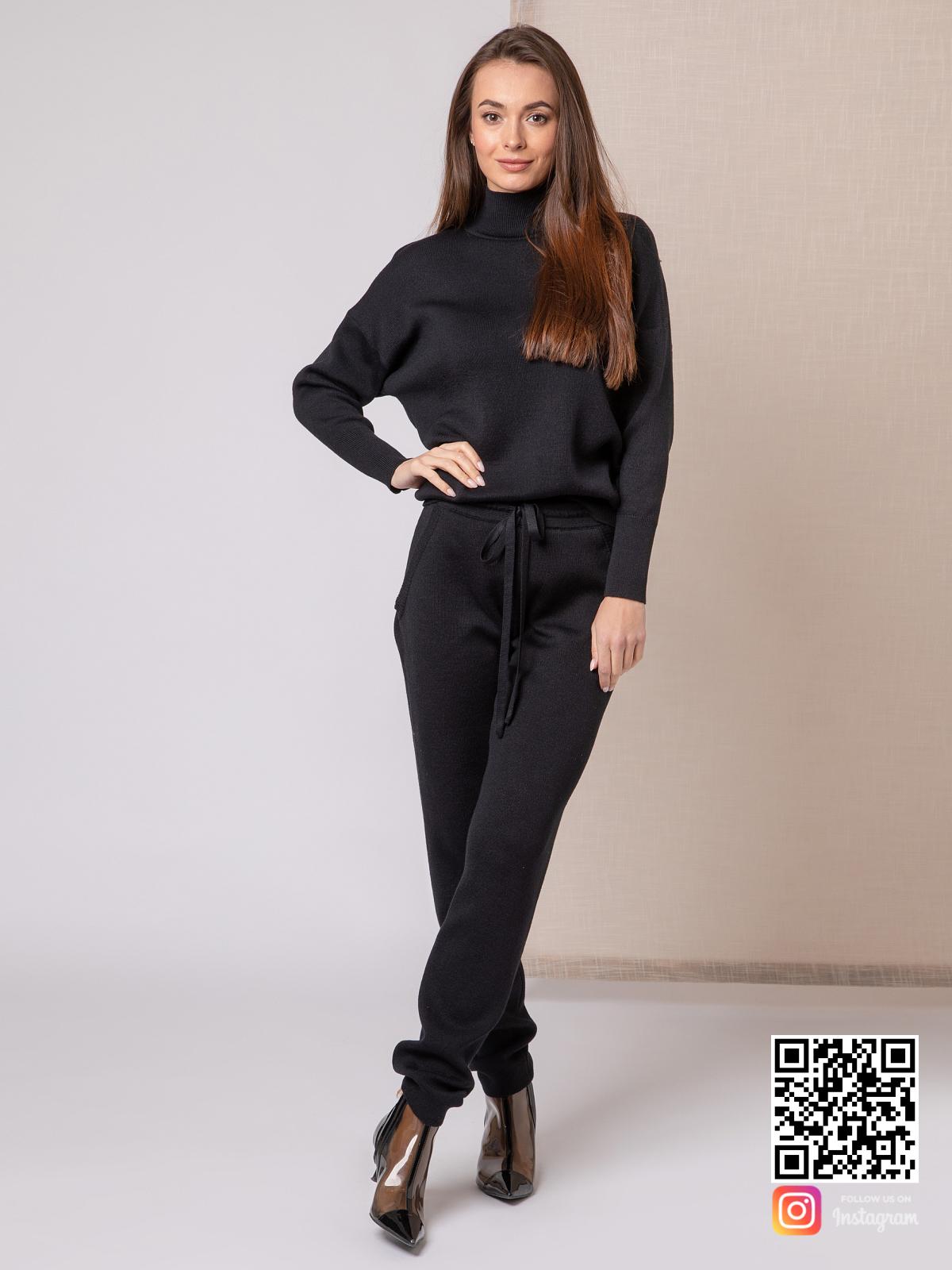 На четвертой фотографии повседневный черный костюм женский от Shapar, бренда вязаной одежды ручной работы в интернет-магазине связанных спицами вещей.