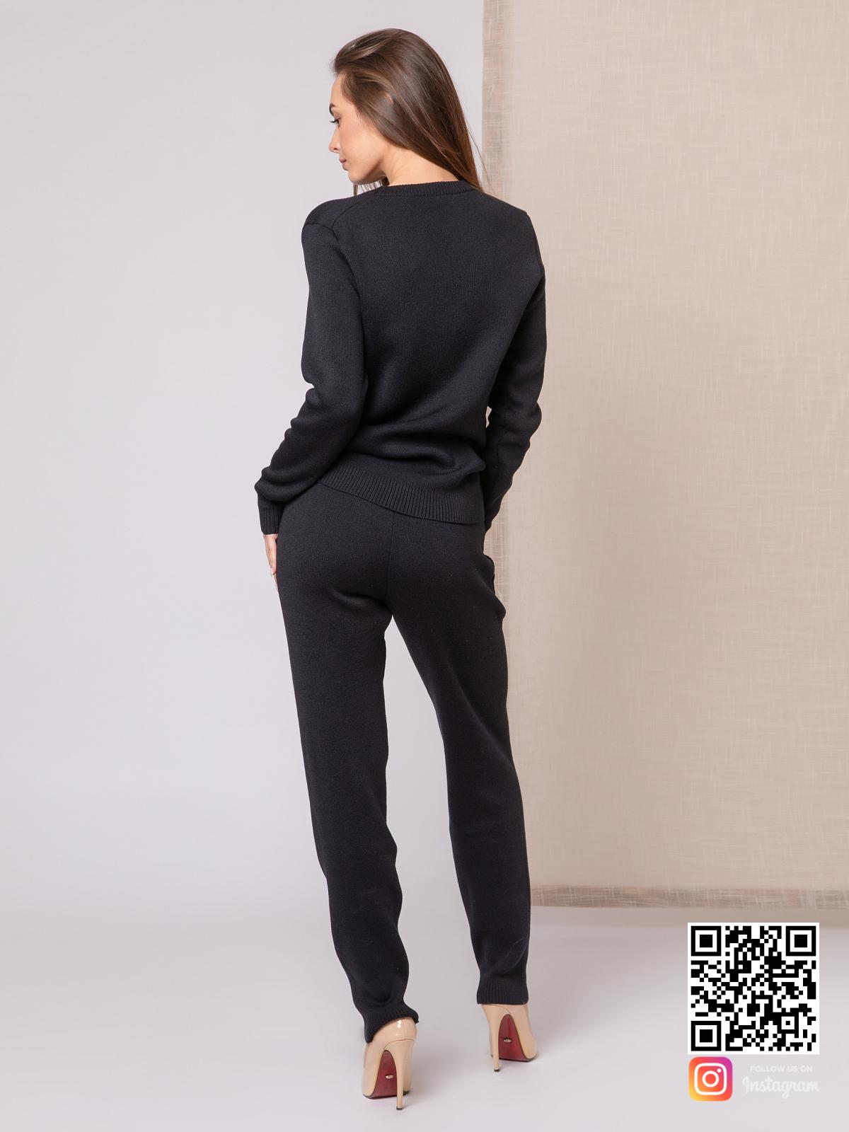 На четвертой фотографии модный черный спортивный костюм для девушек и женщин от Shapar, бренда вязаной одежды ручной работы в интернет-магазине связанных спицами вещей.