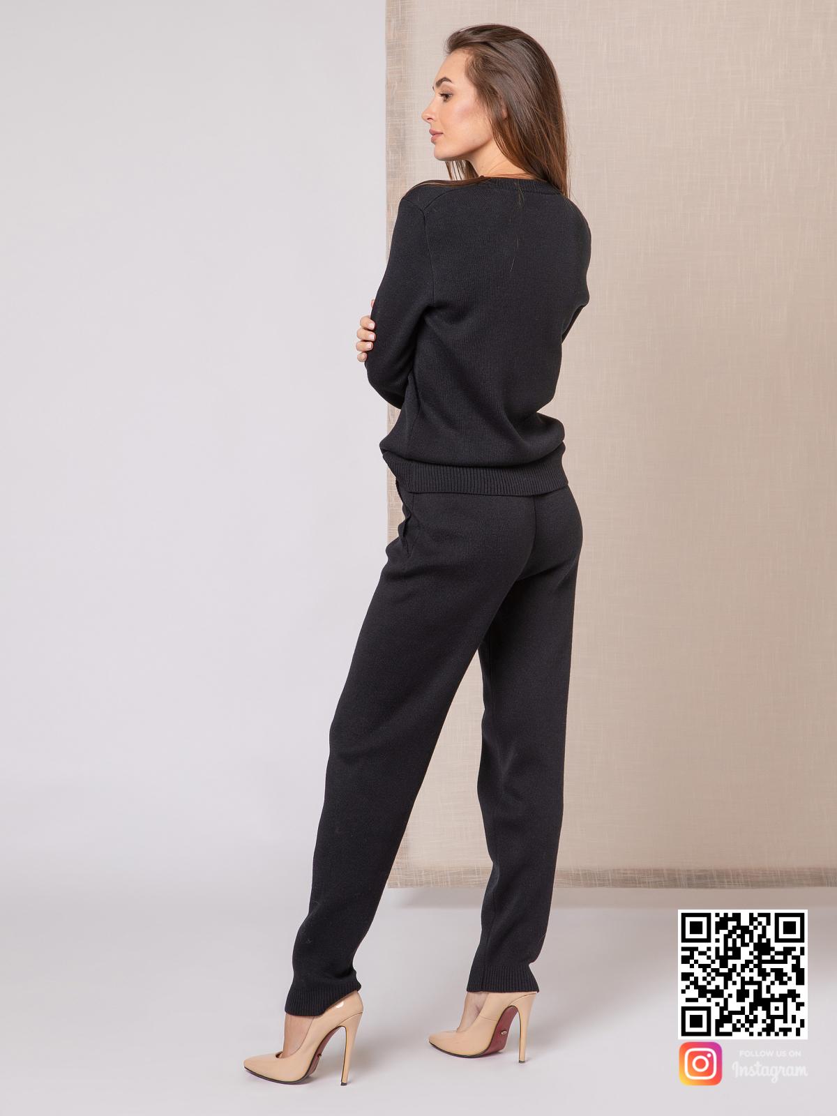 На второй фотографии черный спортивный костюм женский со спины от Shapar, бренда вязаной одежды ручной работы в интернет-магазине связанных спицами вещей.