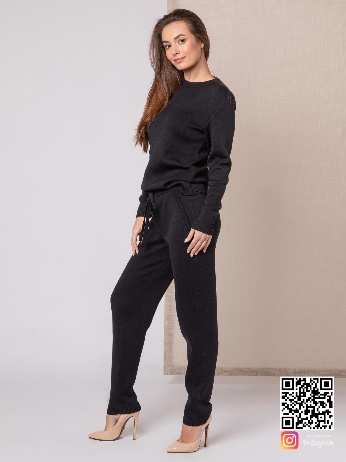 На третьей фотографии черный спортивный костюм женский для путешествий от Shapar, бренда вязаной одежды ручной работы в интернет-магазине связанных спицами вещей.
