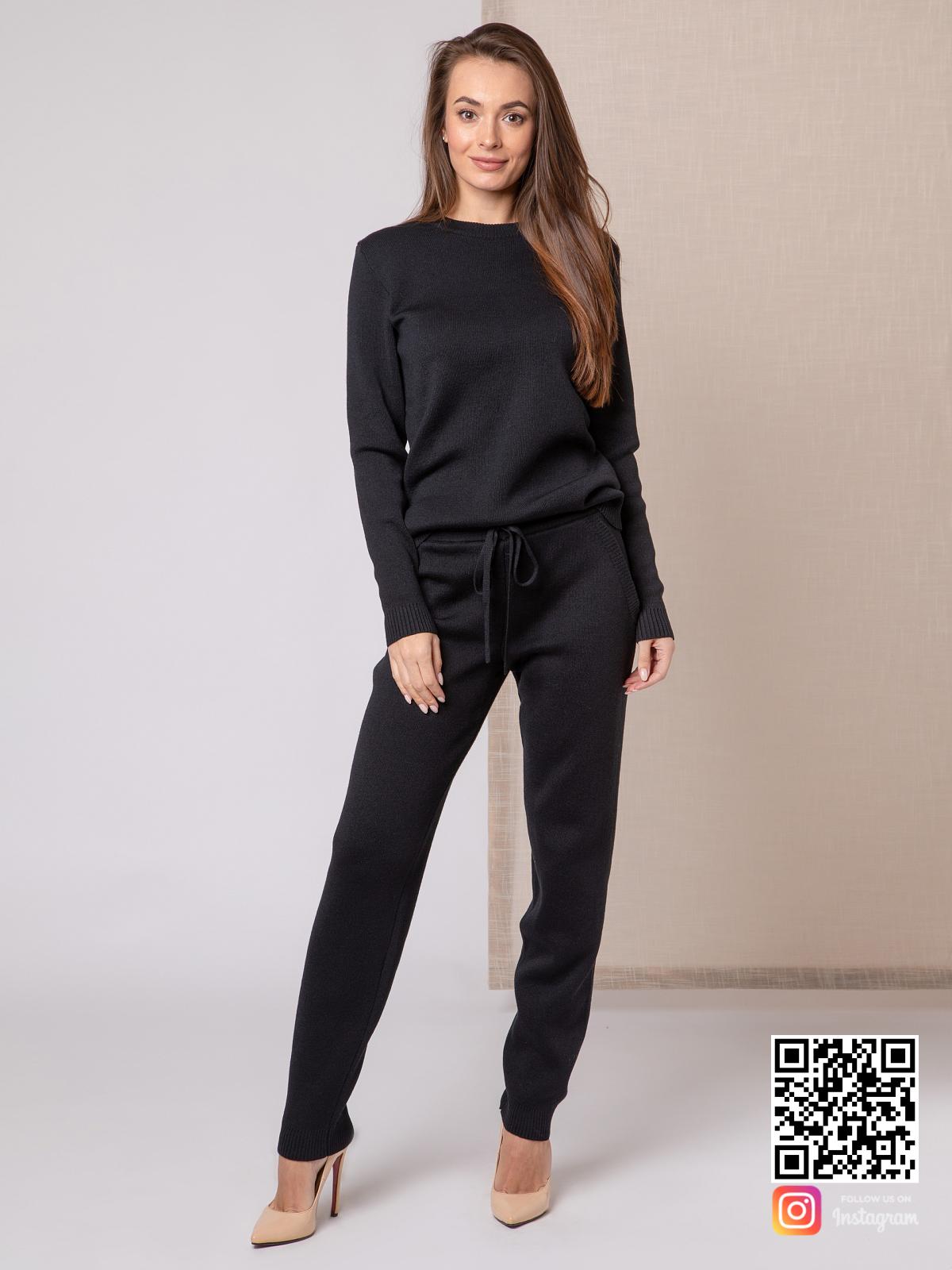 На пятой фотографии черный спортивный костюм женский с завязками на брюках от Shapar, бренда вязаной одежды ручной работы в интернет-магазине связанных спицами вещей.