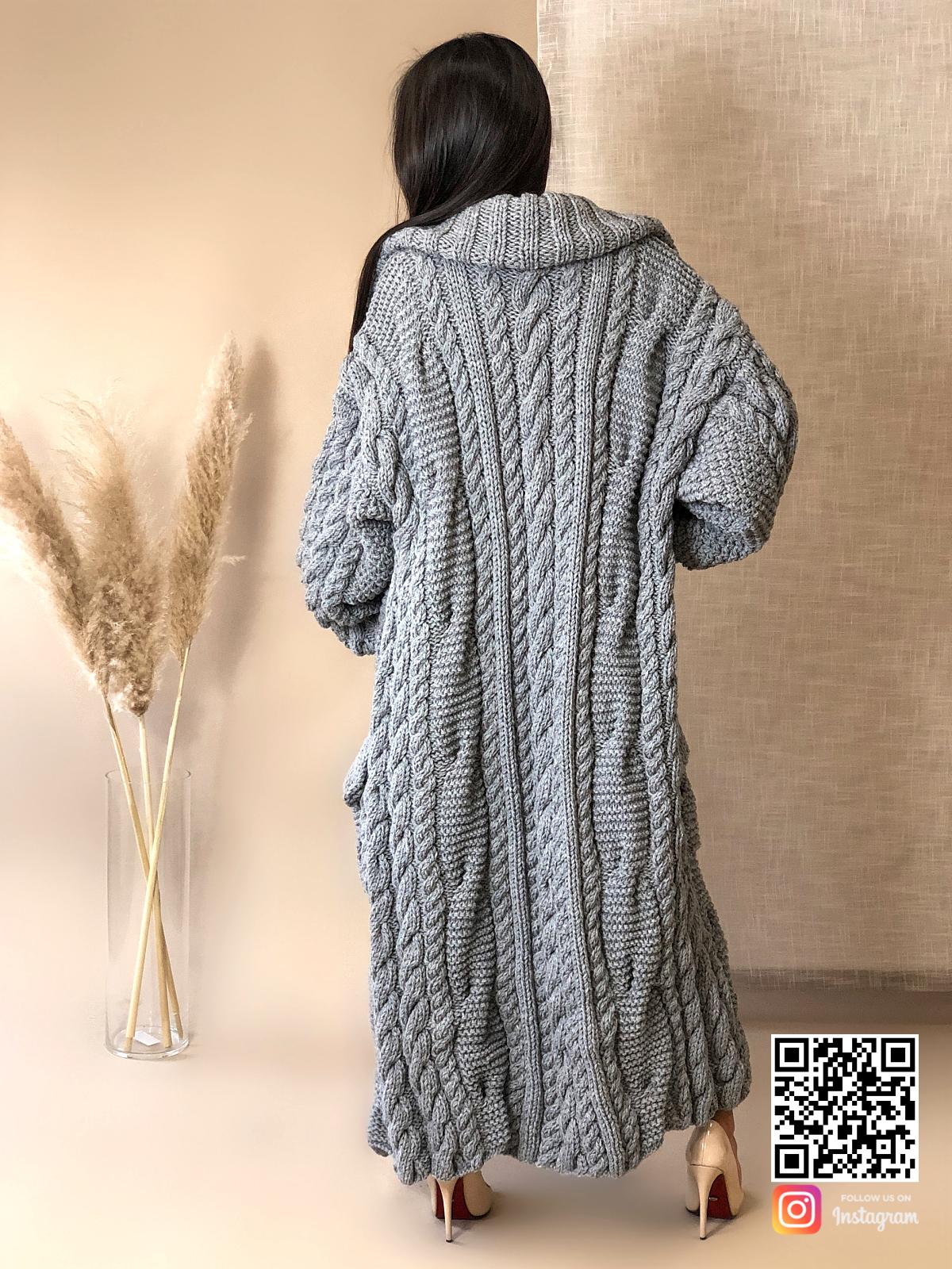 На шестой фотографии длинный кардиган крупной вязки для девушек и женщин от Shapar, бренда вязаной одежды ручной работы в интернет-магазине связанных спицами вещей.
