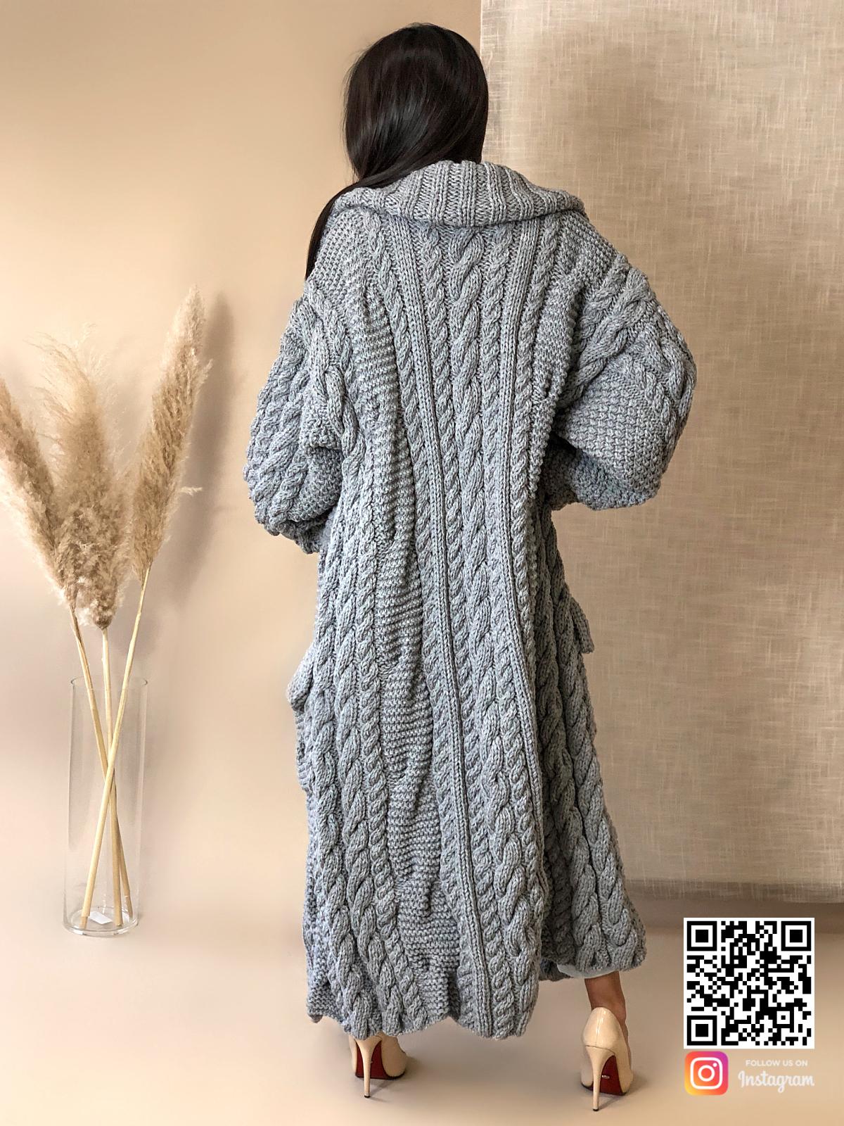 На второй фотографии женский длинный кардиган крупной вязки со спины от Shapar, бренда вязаной одежды ручной работы в интернет-магазине связанных спицами вещей.