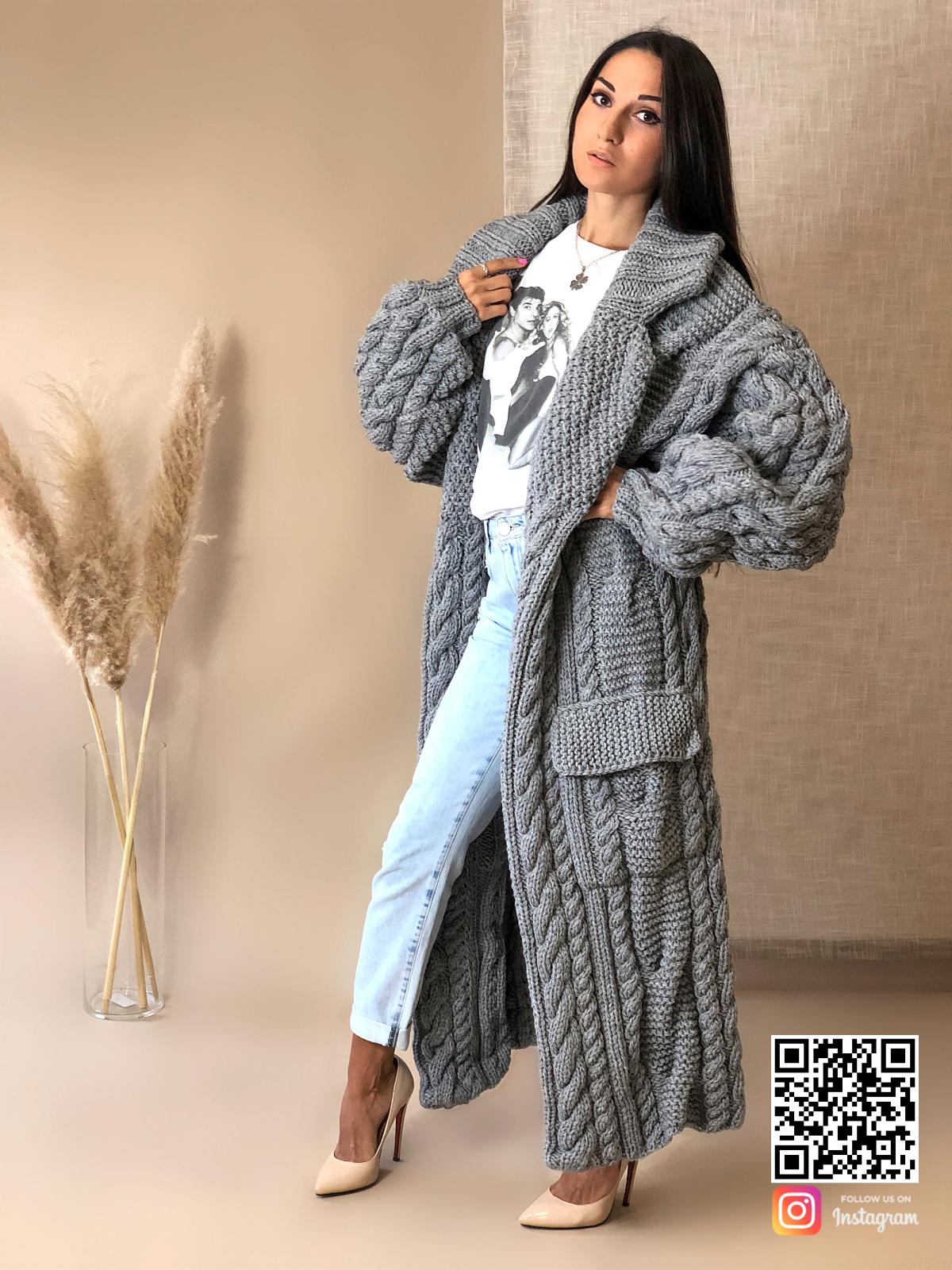 На третьей фотографии женский длинный кардиган крупной вязки в косах от Shapar, бренда вязаной одежды ручной работы в интернет-магазине связанных спицами вещей.