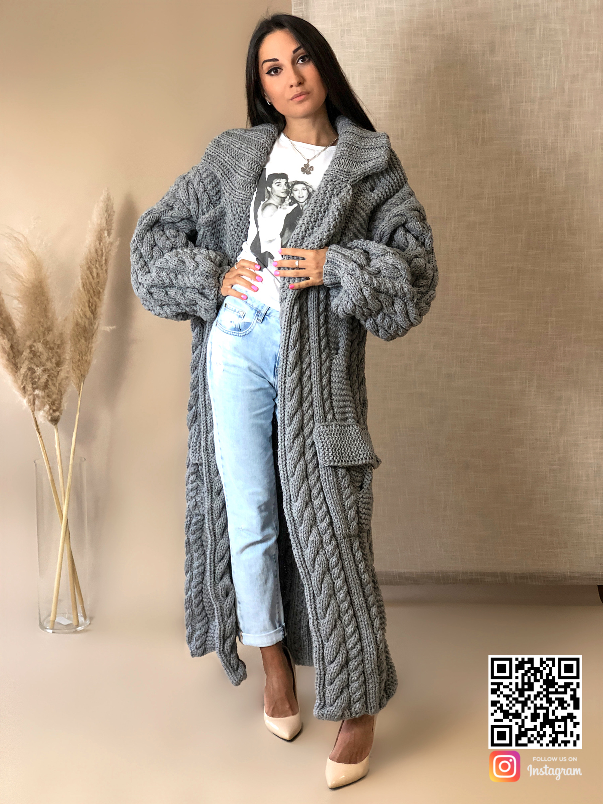 На пятой фотографии длинный кардиган спицами крупной вязки с карманами от Shapar, бренда женской вязаной одежды ручной работы в интернет-магазине связанных вещей.