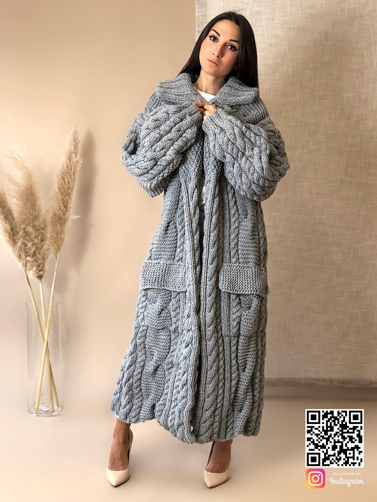 На четвертой фотографии женский длинный кардиган крупной вязки серого цвета от Shapar, бренда вязаной одежды ручной работы в интернет-магазине связанных спицами вещей.