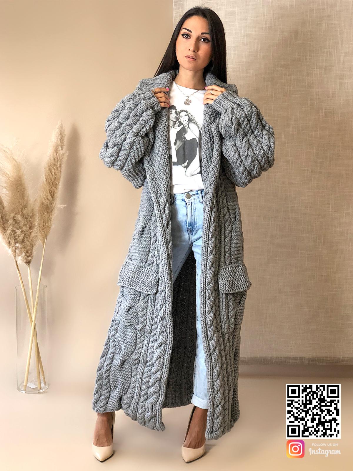 На фотографии женский длинный кардиган крупной вязки от Shapar, бренда вязаной одежды ручной работы в интернет-магазине связанных спицами вещей.