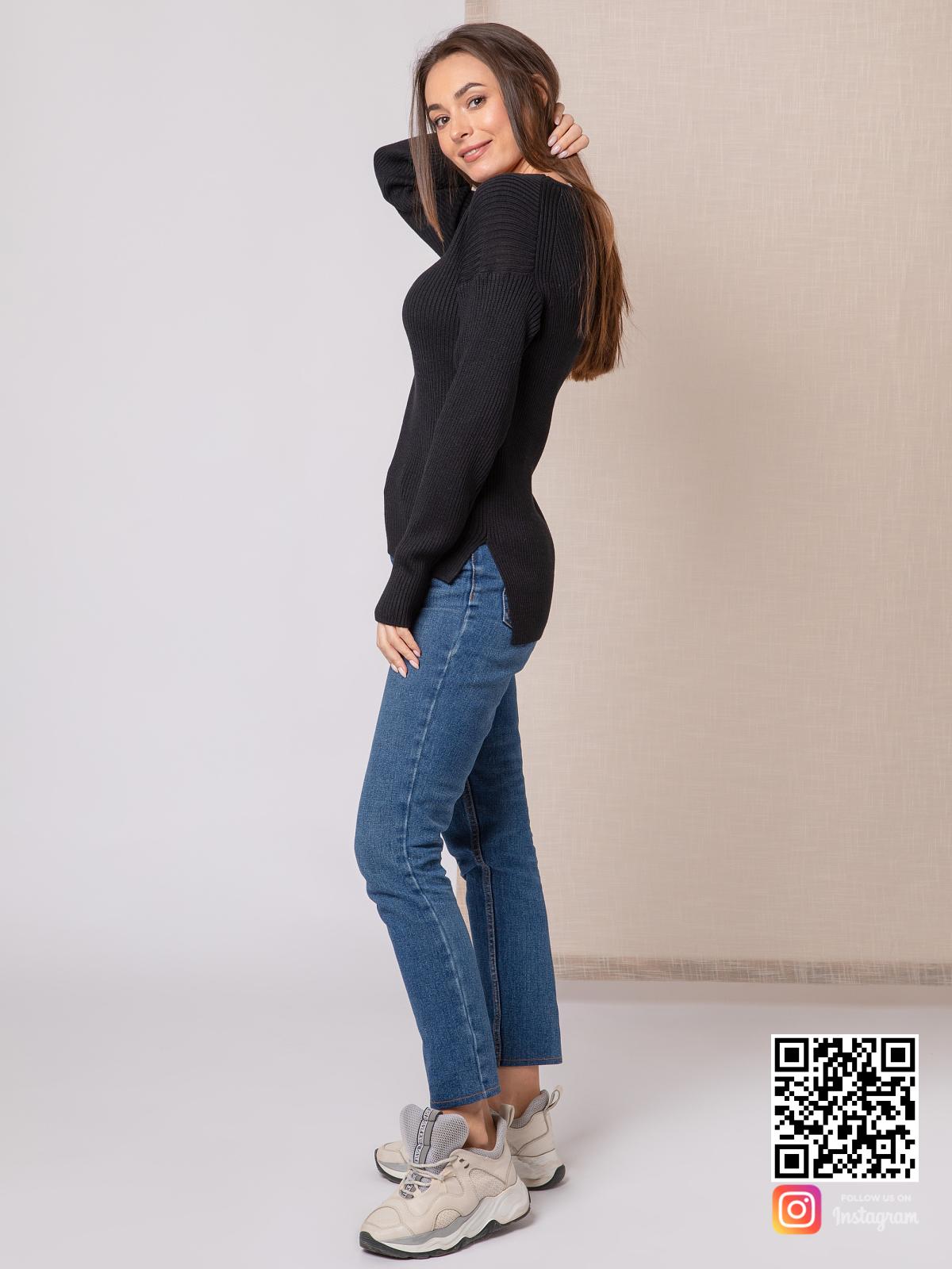 На четвертой фотографии джемпер трикотажный женский черного цвета от Shapar, бренда вязаной одежды ручной работы в интернет-магазине связанных спицами вещей.