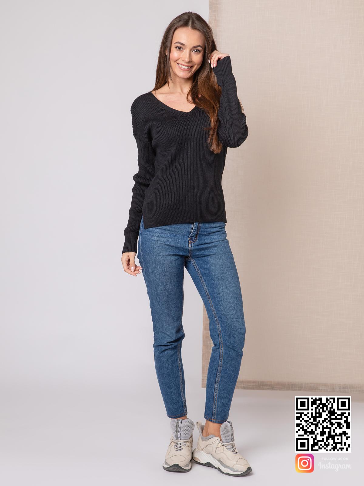 На третьей фотографии джемпер трикотажный женский с V вырезом от Shapar, бренда вязаной одежды ручной работы в интернет-магазине связанных спицами вещей.