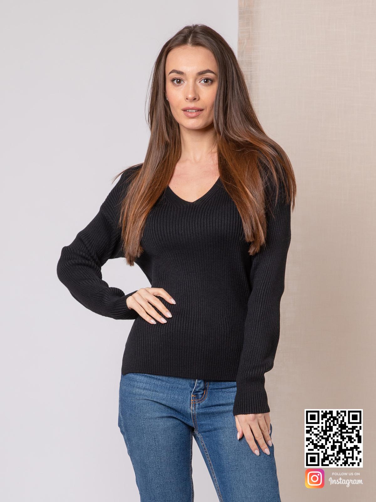 На фотографии джемпер трикотажный женский от Shapar, бренда вязаной одежды ручной работы в интернет-магазине связанных спицами вещей.