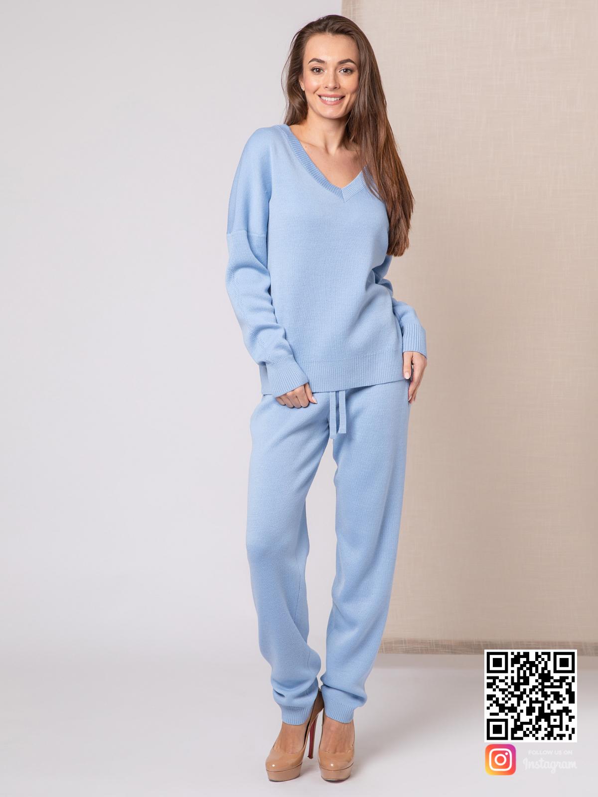 На третьей фотографии спортивный костюм голубого цвета для девушек и женщин от Shapar, бренда вязаной одежды ручной работы в интернет-магазине связанных спицами вещей.